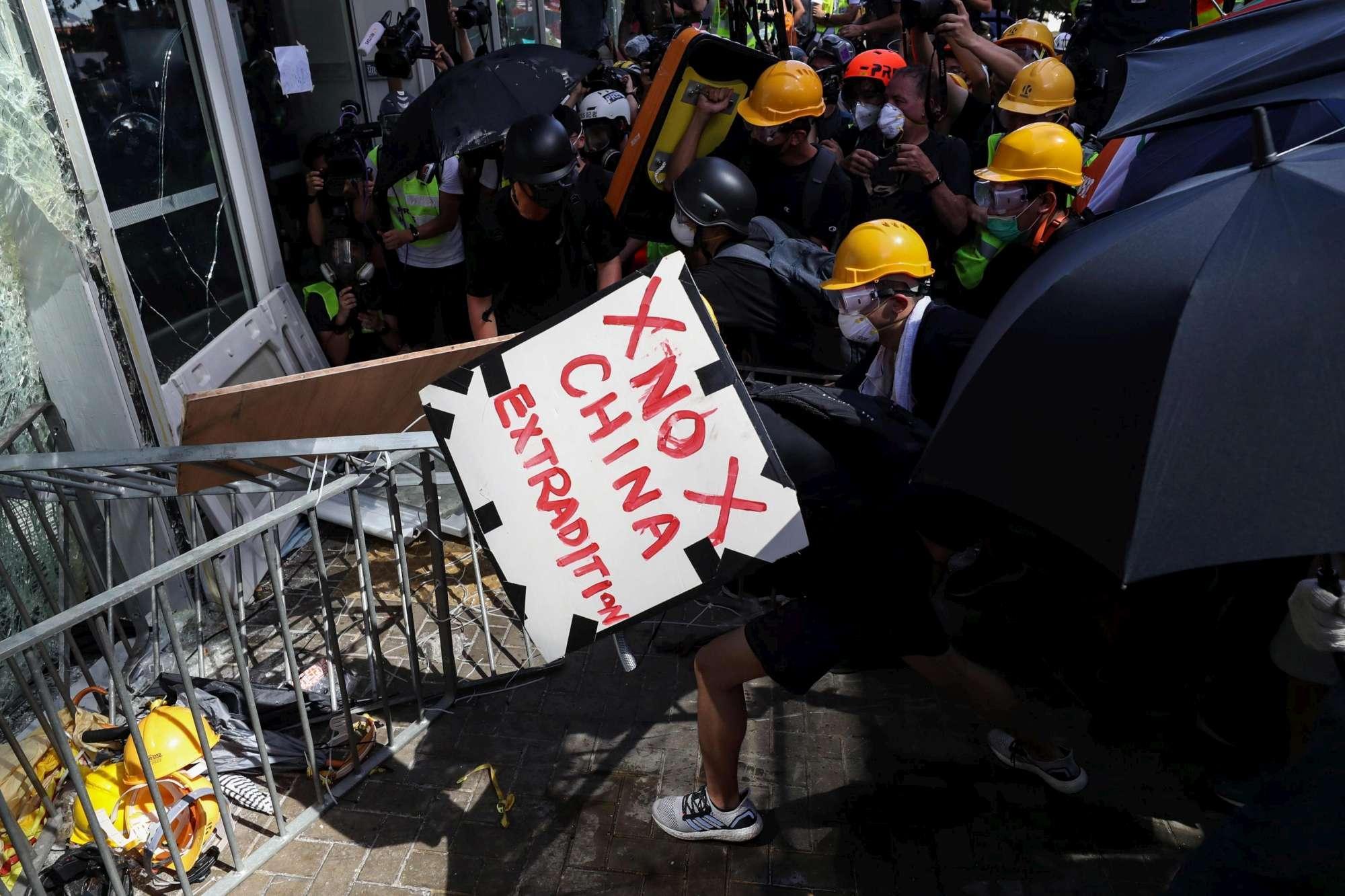 Hong Kong, proteste nell'anniversario del ritorno alla Cina
