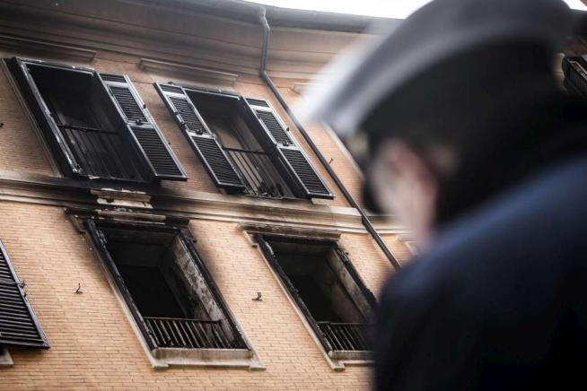 Roma, incendio in un palazzo del centro storico: morto un 69enne
