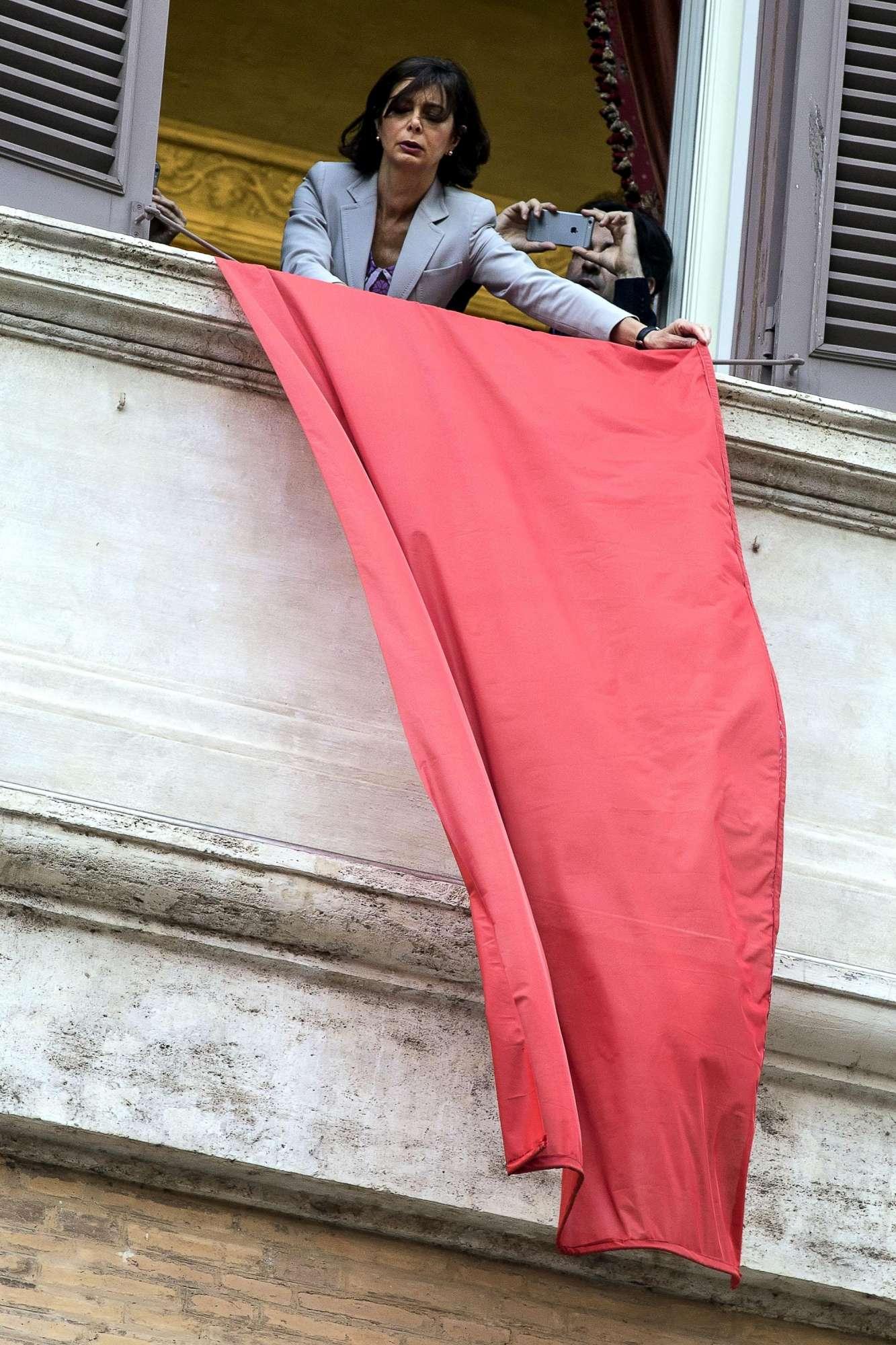 Femminicidio, Laura Boldrini espone drappo rosso contro la violenza sulle donne