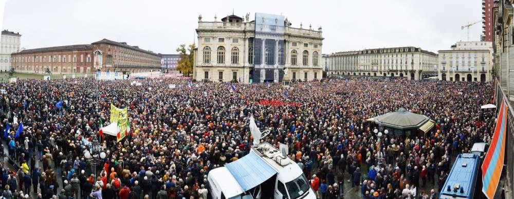 Migliaia di persone manifestano a Torino per dire sì al Treno Alta Velocità