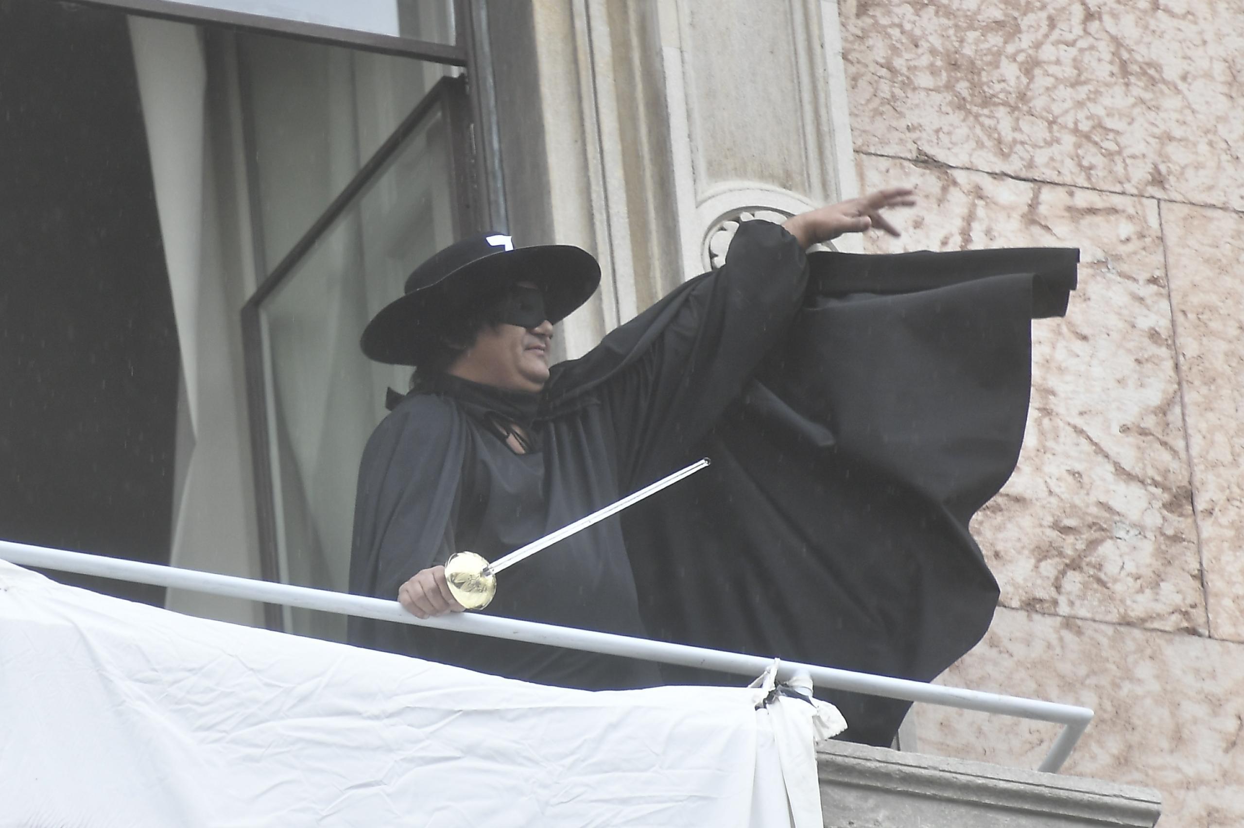 Milano,  Zorro  espone striscione al comizio sovranista:  Restiamo umani