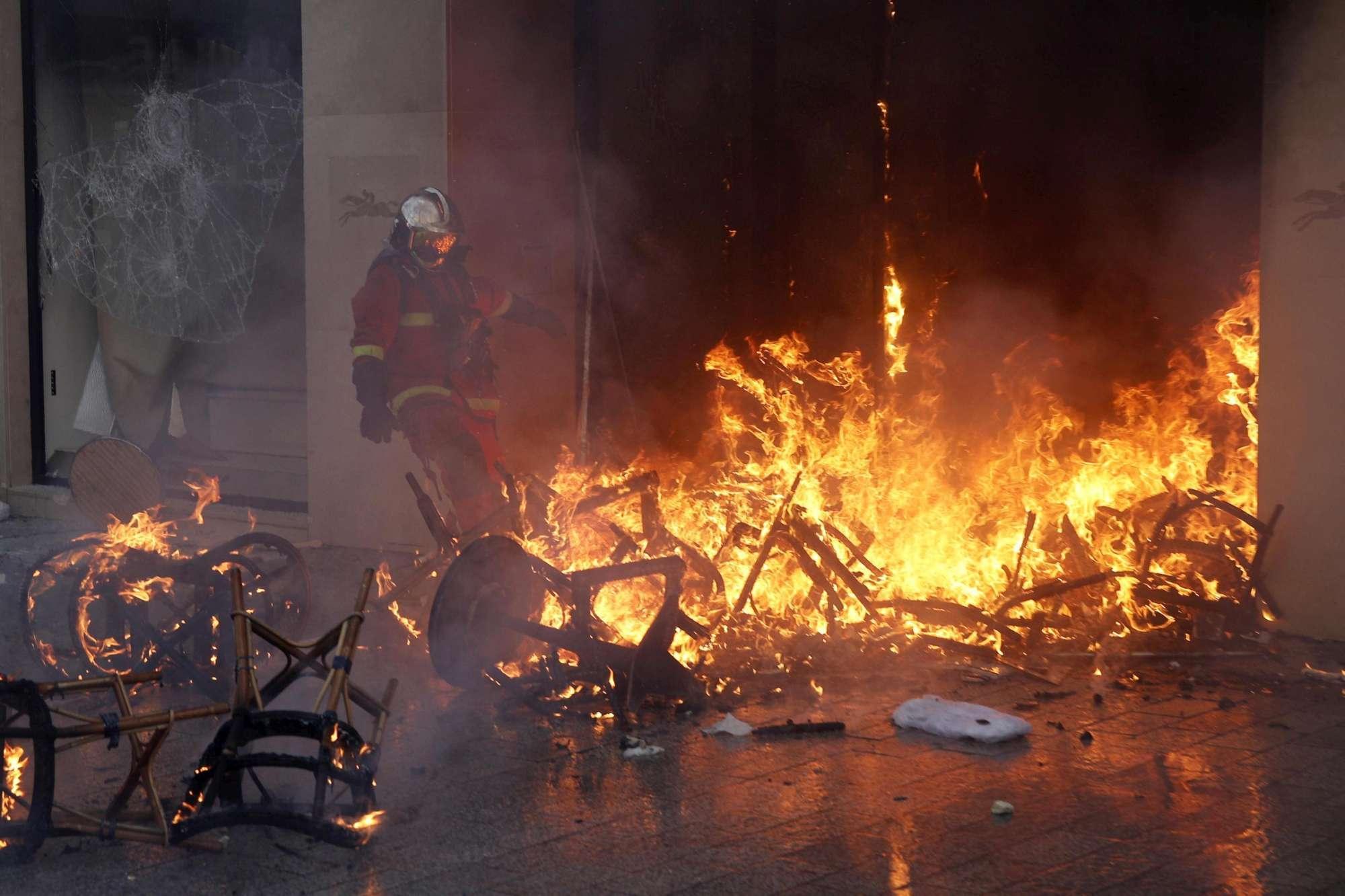 Gilet gialli, violenti scontri a Parigi e negozi saccheggiati