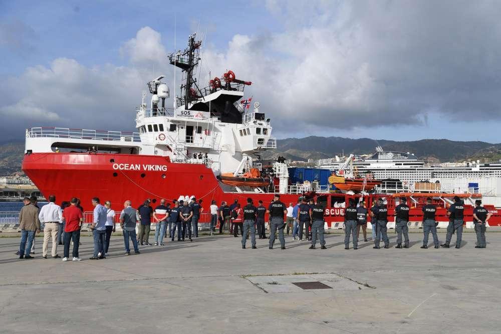 Migranti, l approdo a Messina della Ocean Viking con 182 persone a bordo