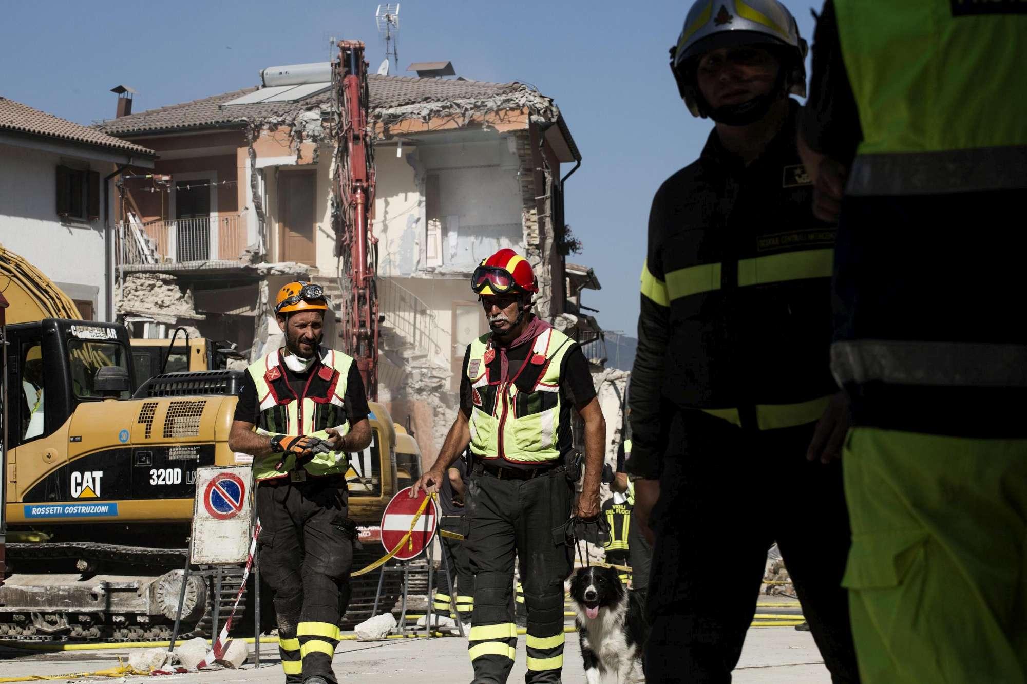 Terremoto, ad Amatrice demolita una palazzina pericolante