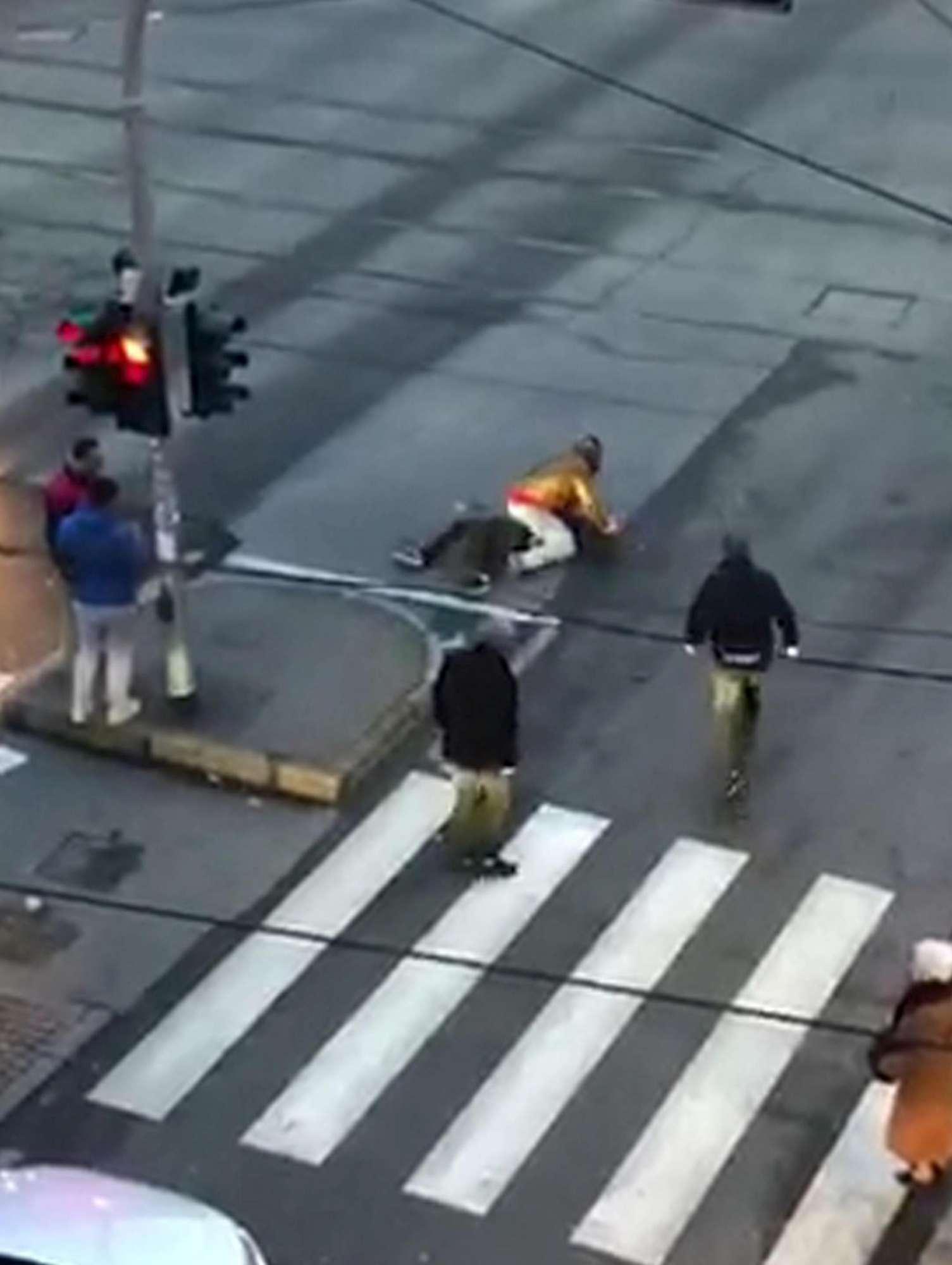 Milano, Nordafricani si accoltellano per strada tra i passanti che riprendono la scena.