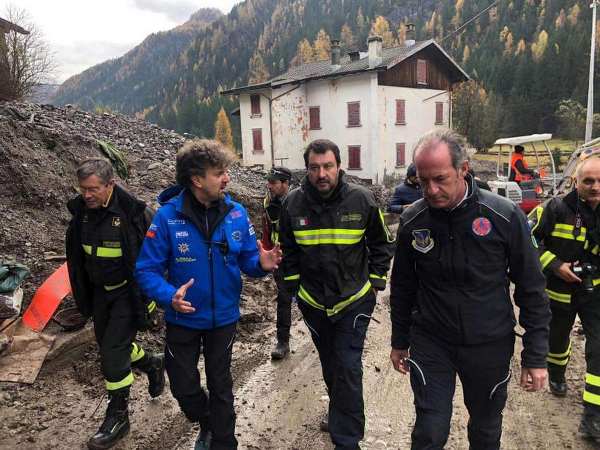 Risultati immagini per salvini nei luoghi disastro veneto