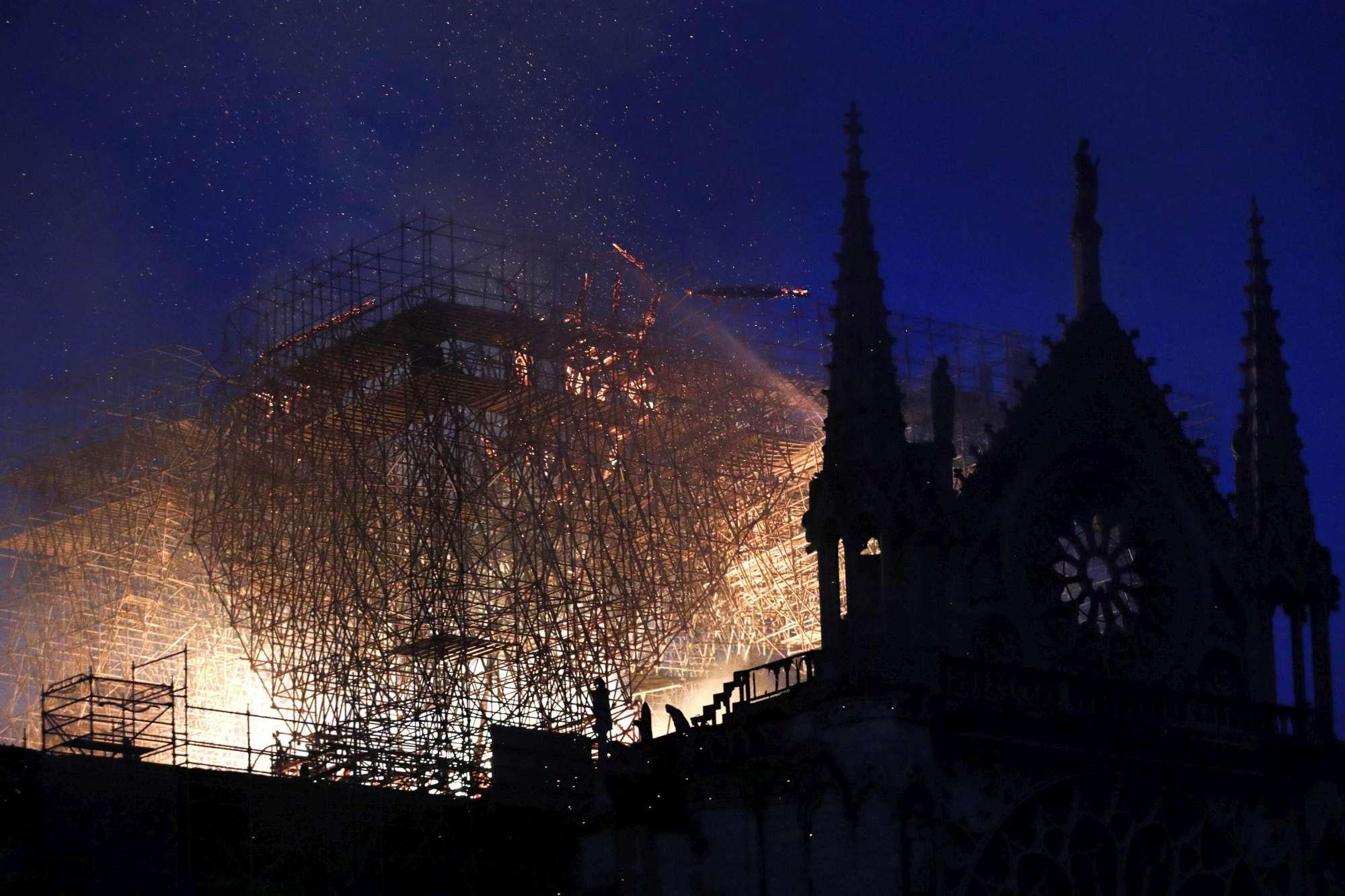 Incendio a Notre-Dame, crollano il tetto e la guglia della cattedrale