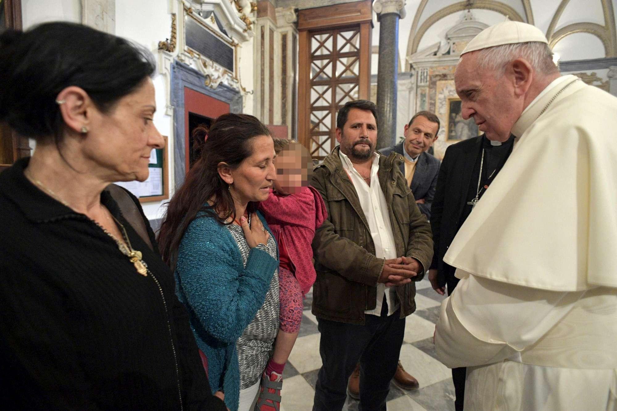 Papa Francesco incontra la famiglia rom di Casl Bruciato