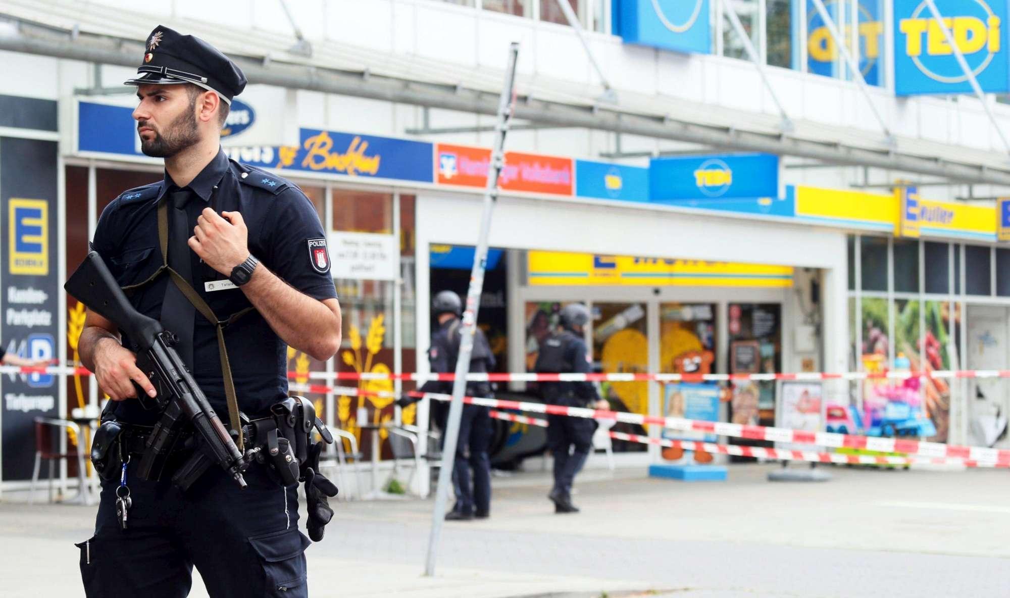 Amburgo, un uomo accoltella i clienti in un market: un morto