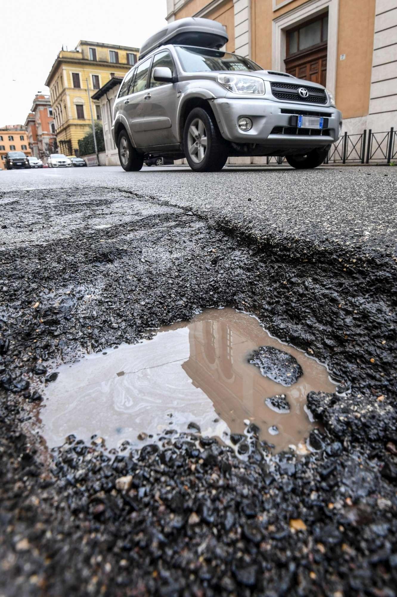 Emergenza buche sulle strade di Roma