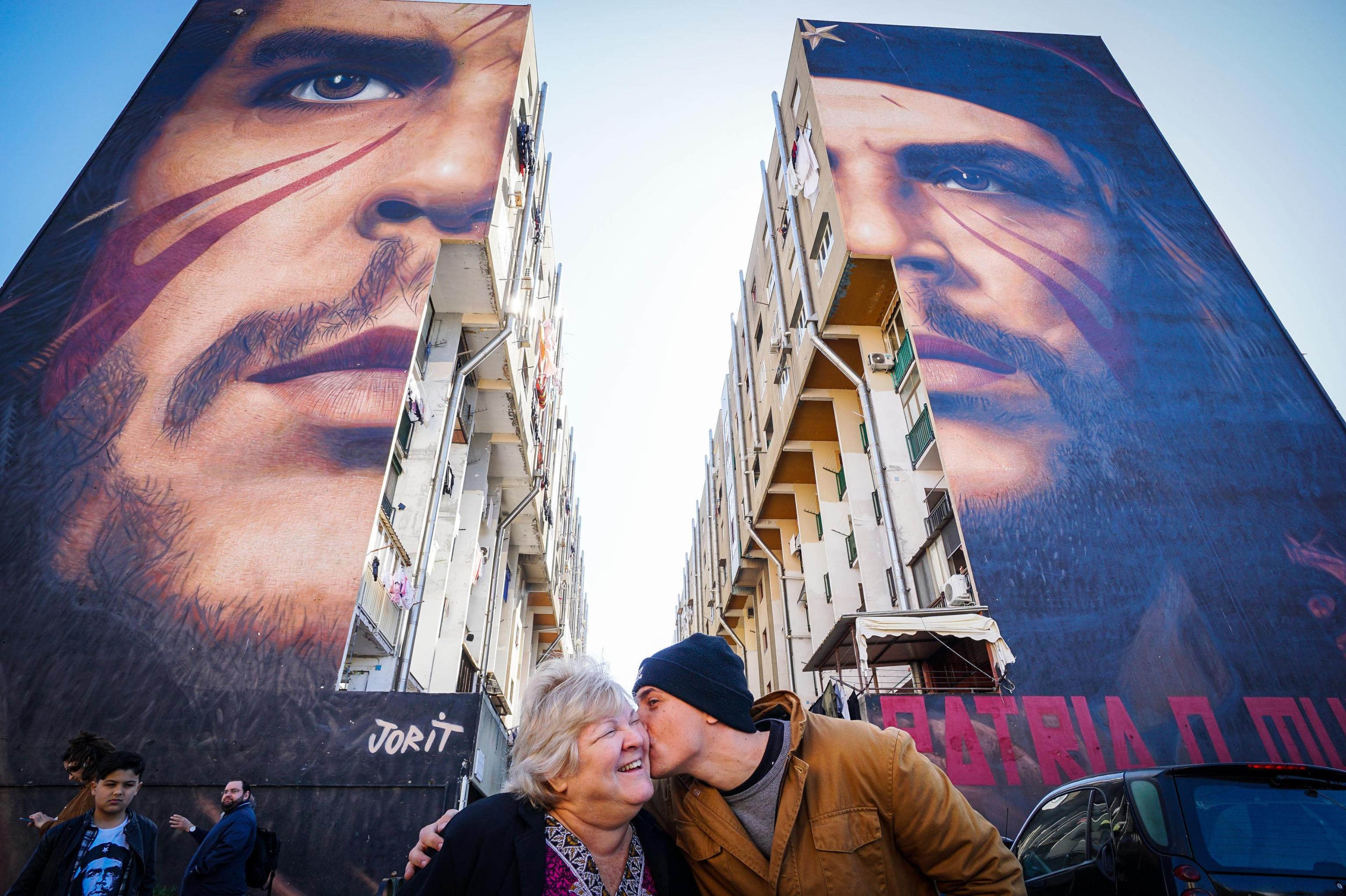 Napoli La Figlia Di Che Guevara Visita Il Murales Di Jorit Dedicato