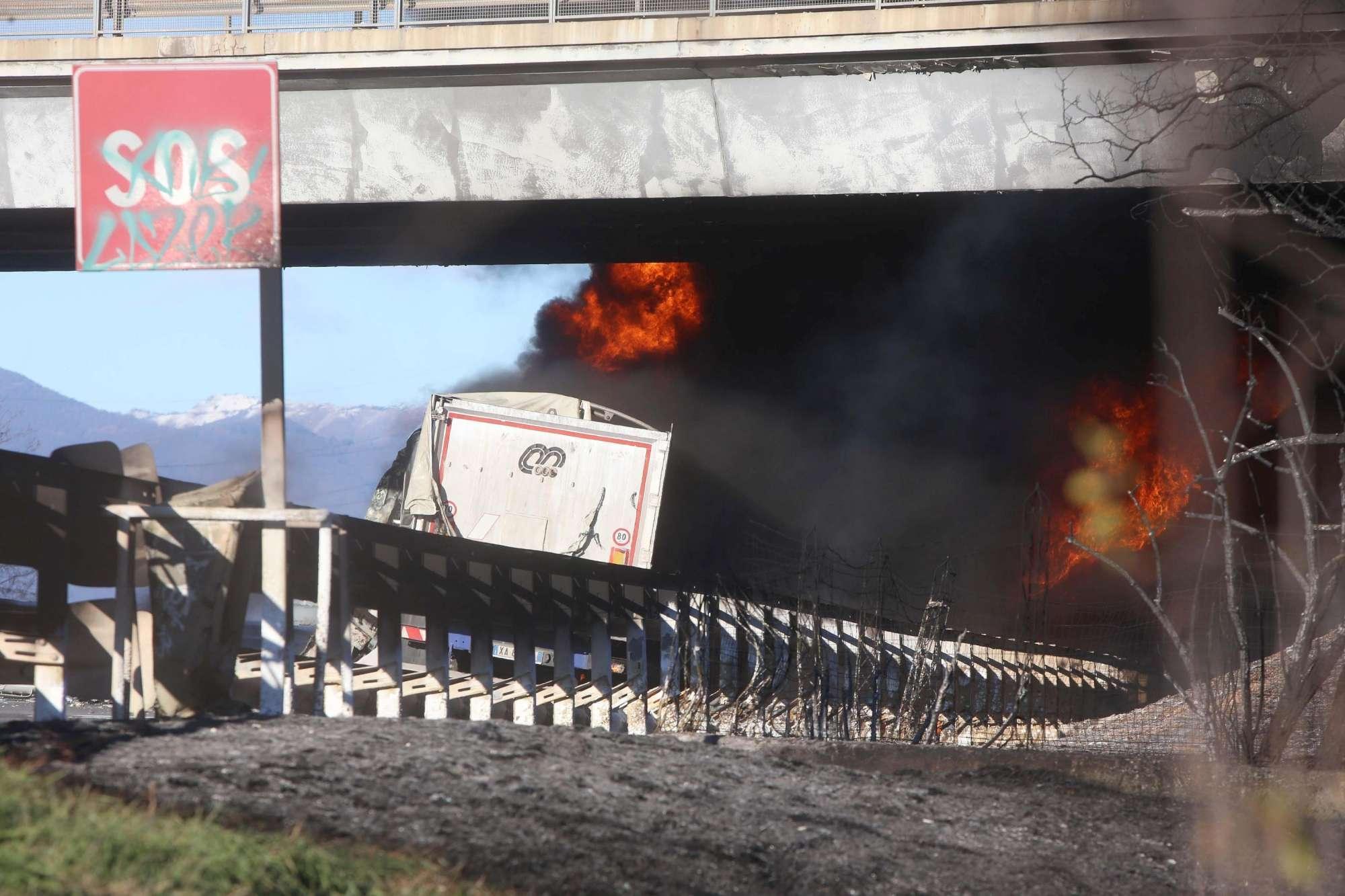 Rogo sulla A21, si incendia una cisterna: sei morti