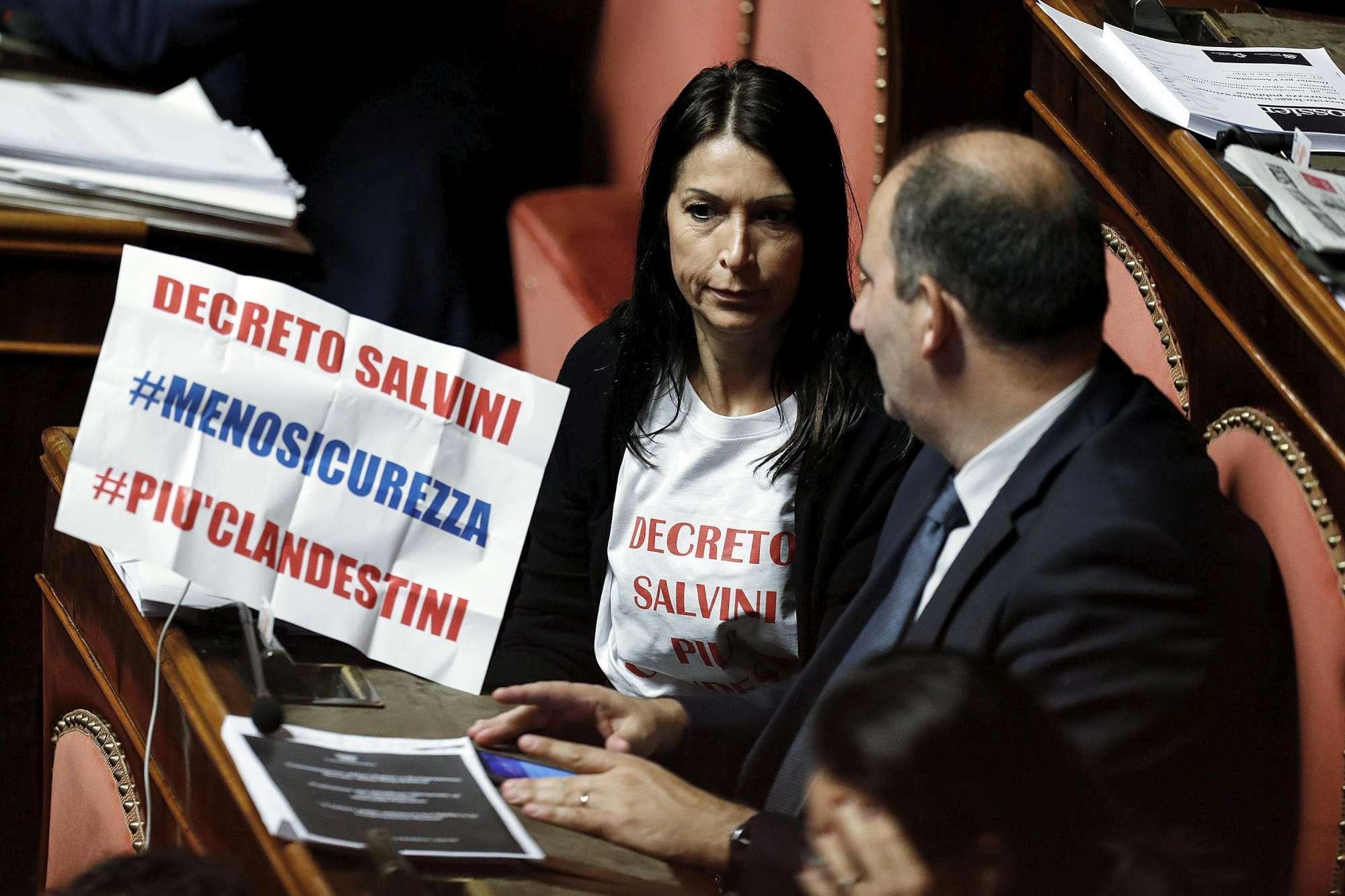 Dl sicurezza approvato in Senato, la protesta del Pd:  Ora più clandestini