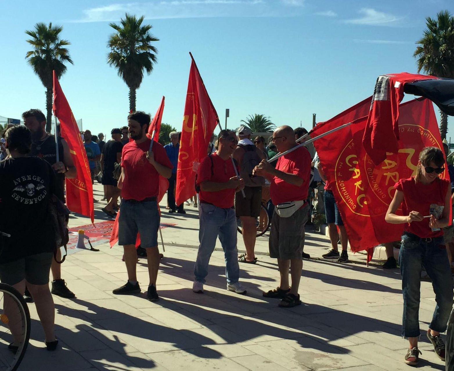 Matteo Salvini contestato in Versilia da un gruppo di manifestanti