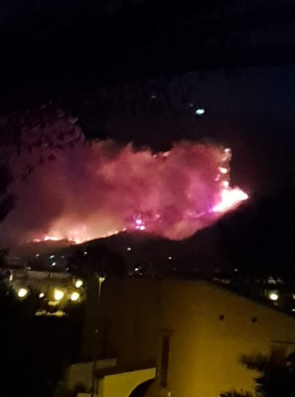 Vasto incendio nel Pisano