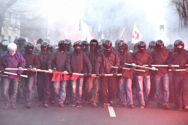Cremona, scontri al corteo antifascista Tensione tra antagonisti e poliziotti