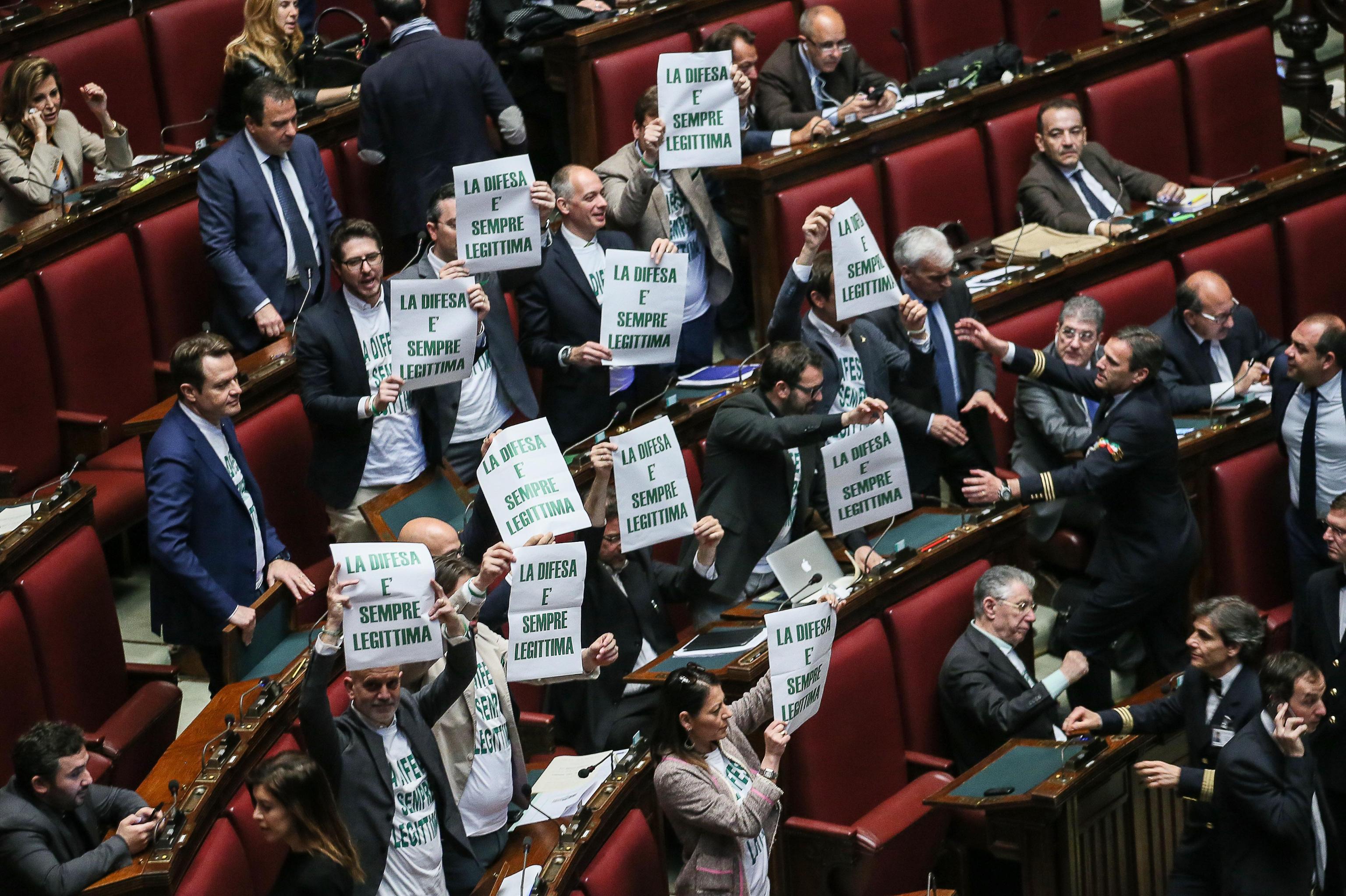 Legittima difesa, la Lega protesta in Aula e fuori
