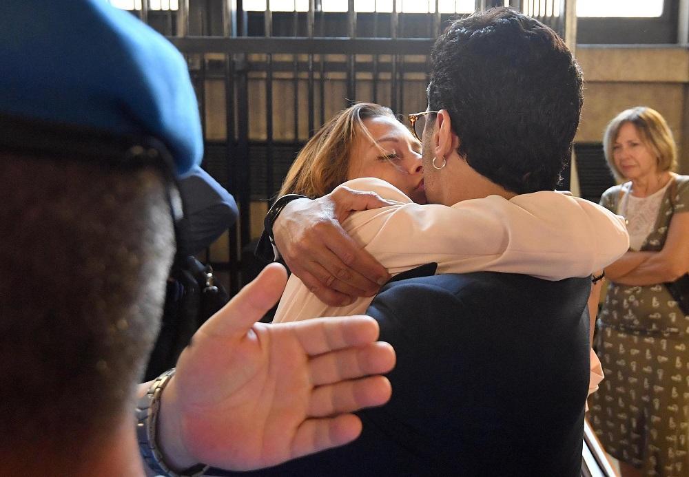 Corona, esultanza e bacio alla fidanzata dopo la condanna a un anno
