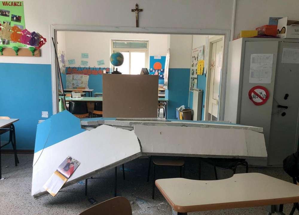 Crolla una parete in una scuola nel Napoletano: ferita una maestra incinta, contusi alcuni bimbi