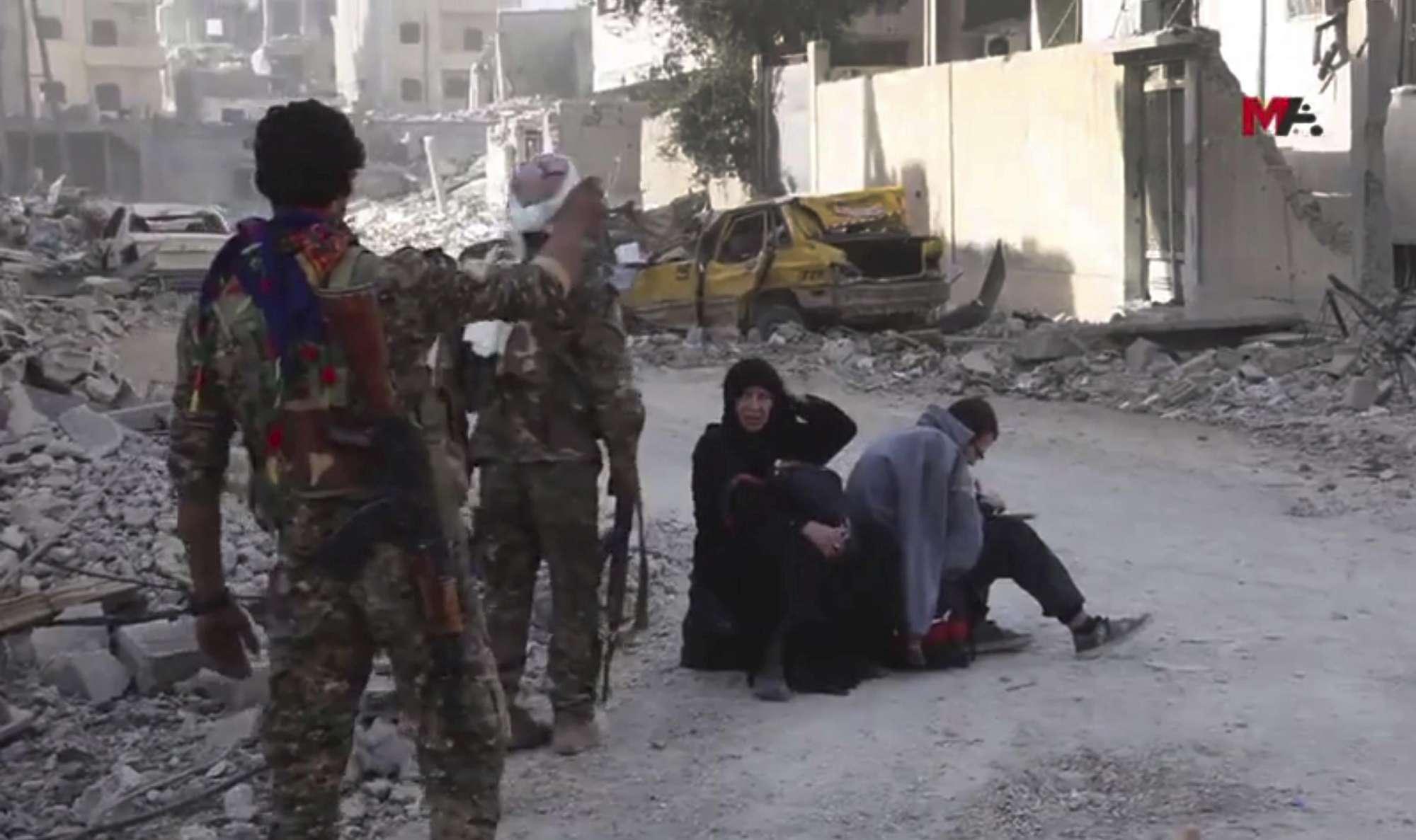 Assalto finale a Raqqa, i jihadisti e le loro famiglie evacuati dall'ultima roccaforte dell'Isis
