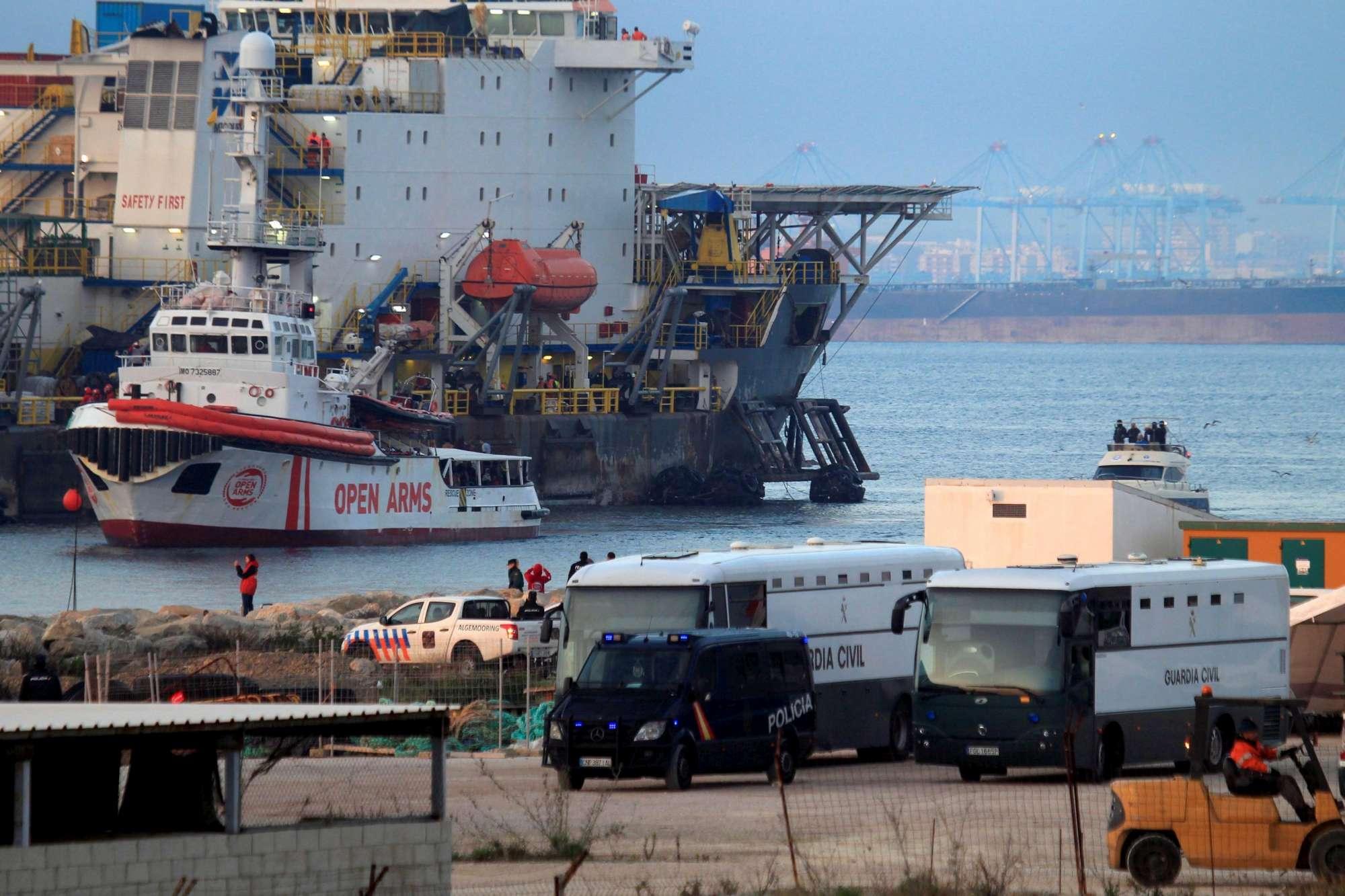 Open Arms, approdata in Spagna la nave con 310 migranti a bordo