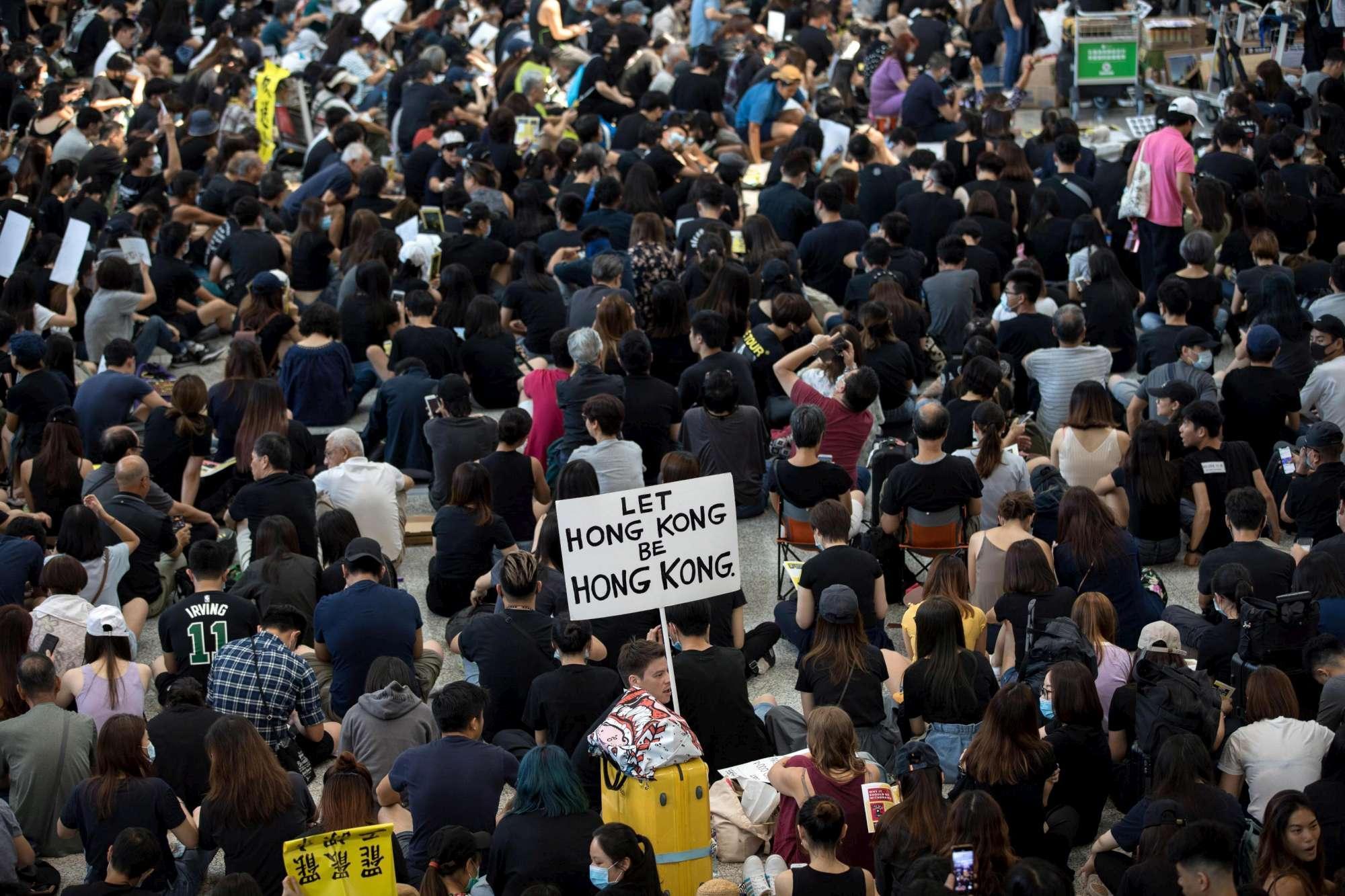 Hong Kong, sit-in all aeroporto con migliaia di manifestanti