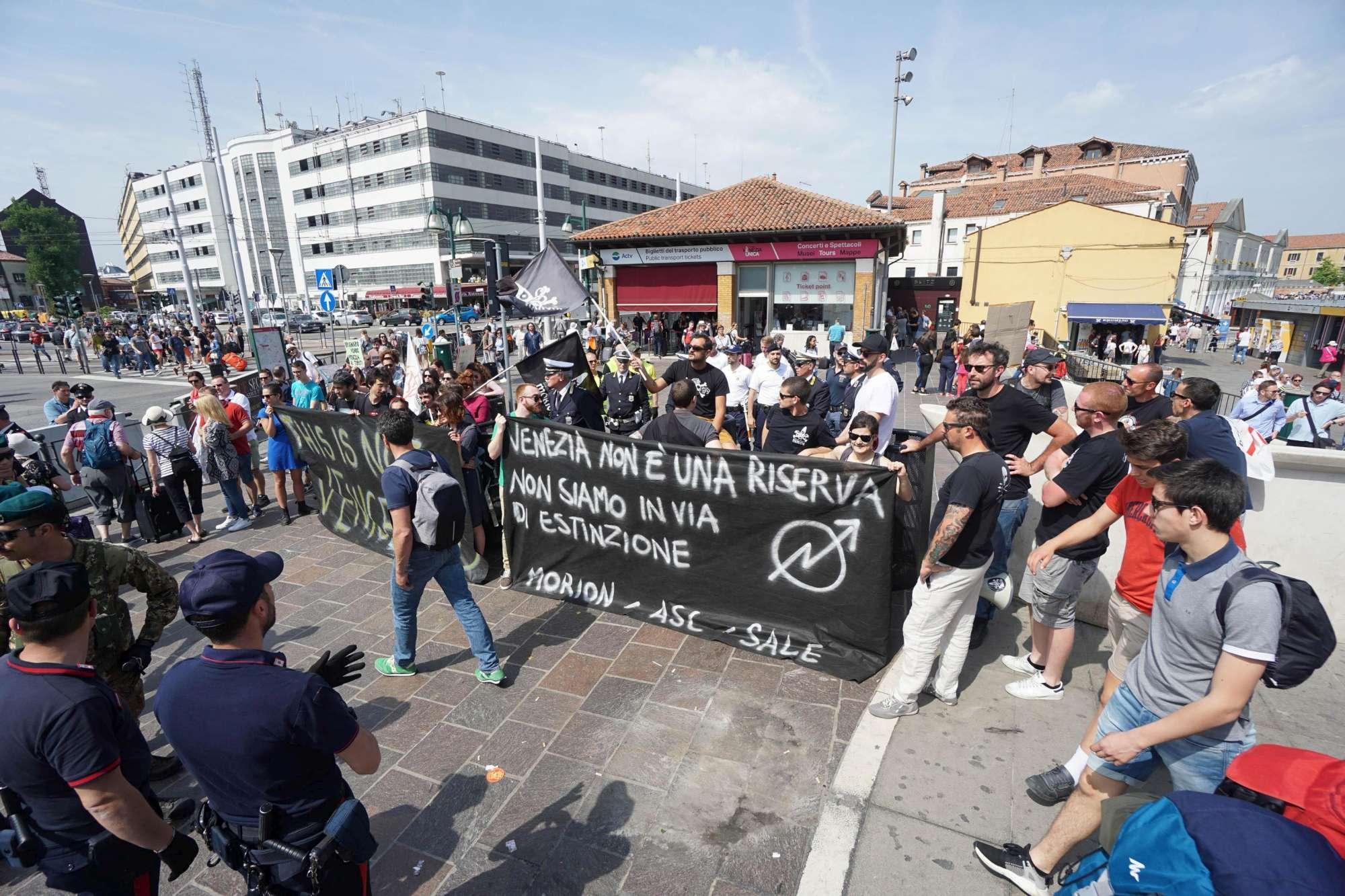 Venezia non è un luna park : blitz dei no global contro i tornelli