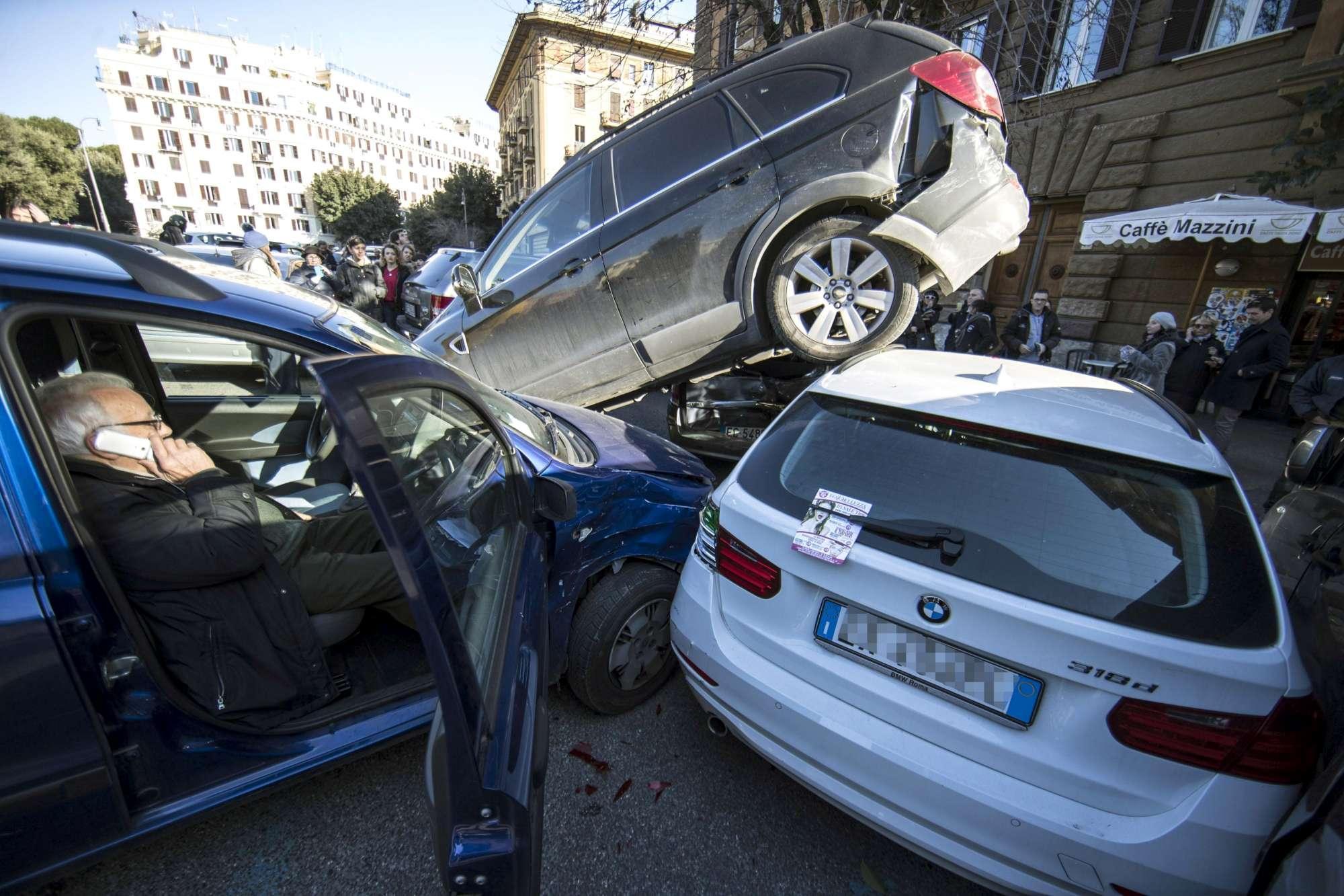 Roma, suv  si arrampica  in retromarcia su altre auto: traffico in tilt