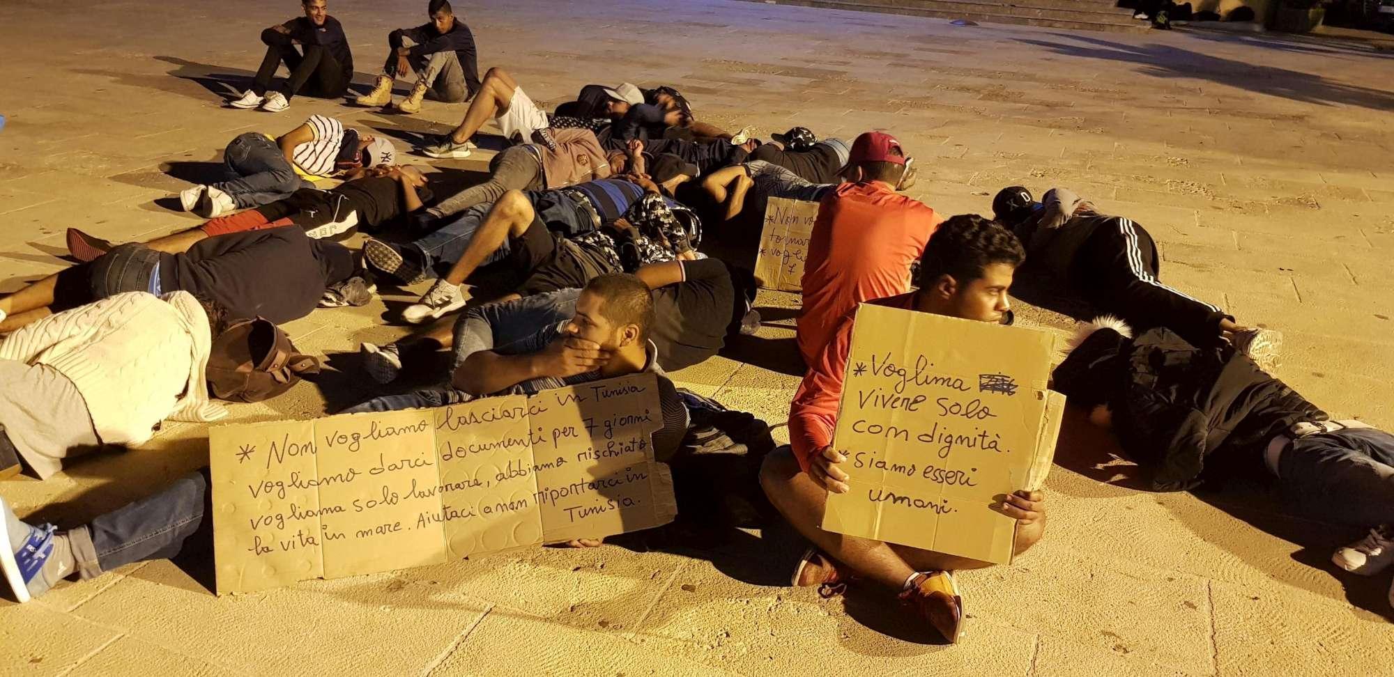 Migranti, a Lampedusa tunisini dormono in strada:  Non rimpatriateci