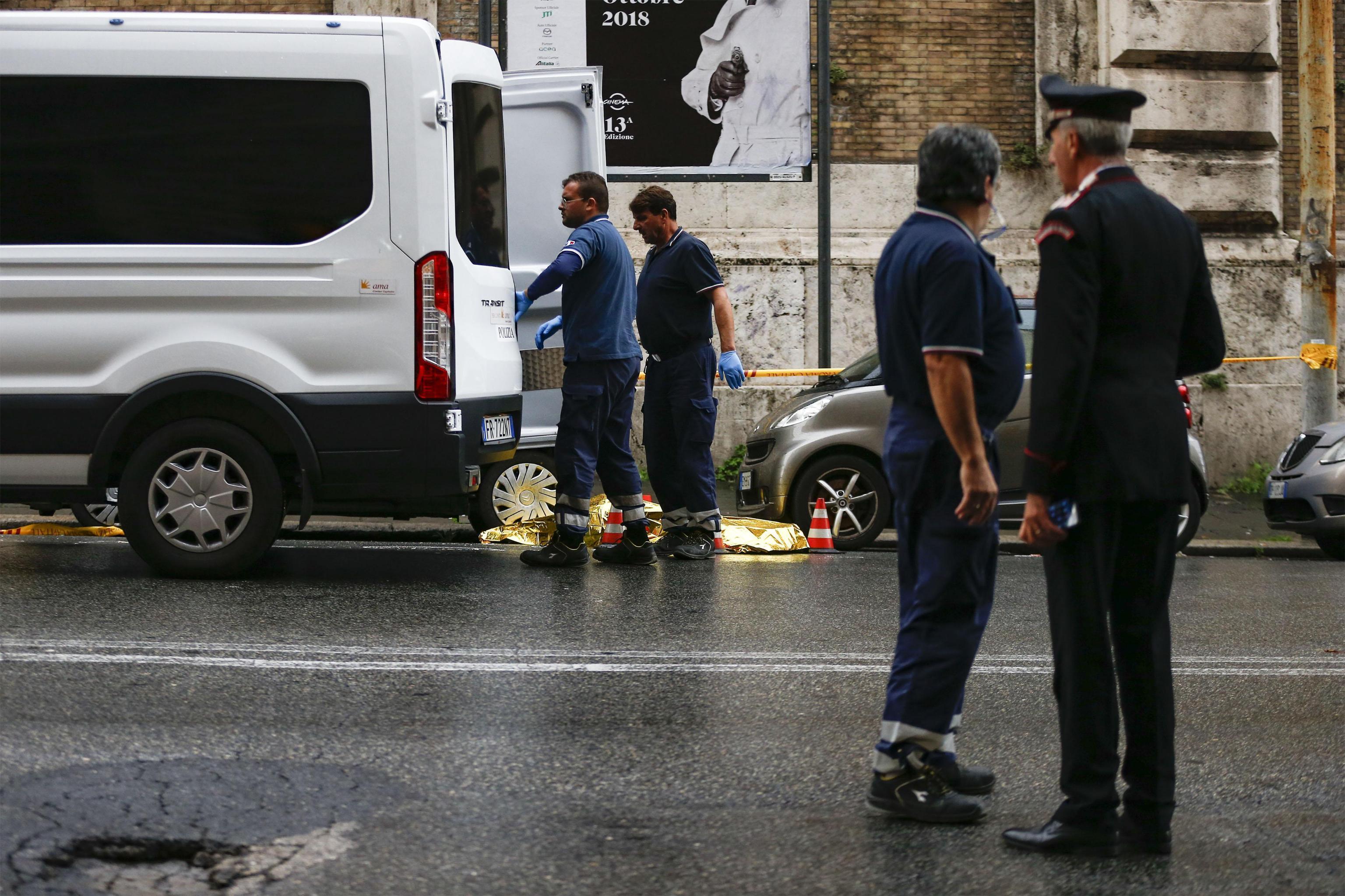 Travolto e ucciso da un bus turistico in centro a Roma, attraversava sulle strisce