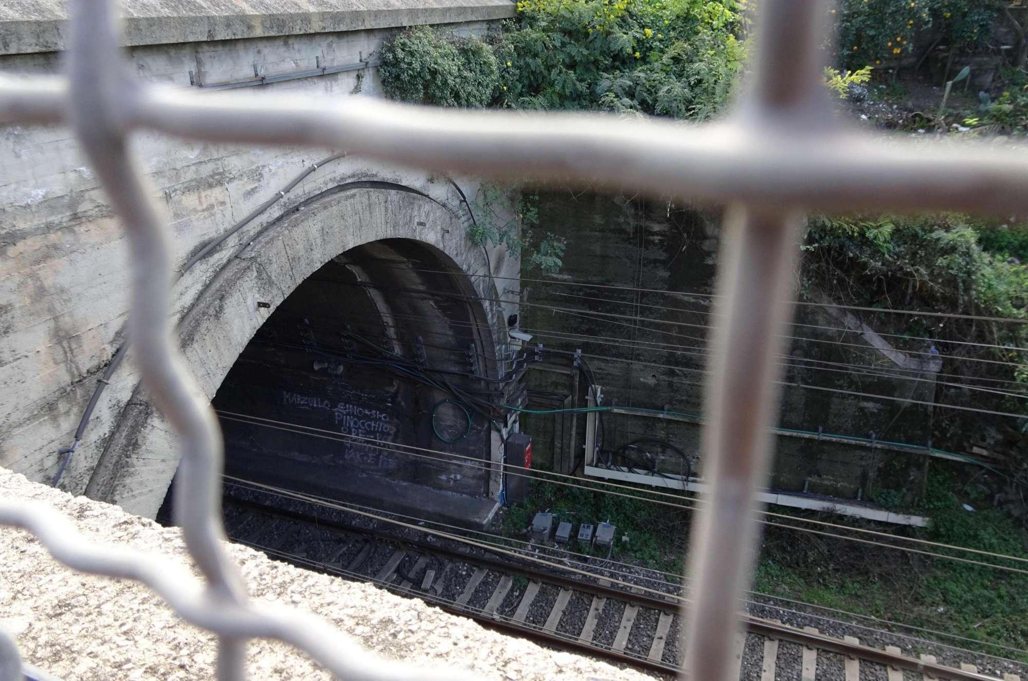 Napoli-Salerno, rogo in una galleria ferroviaria: un operaio ustionato