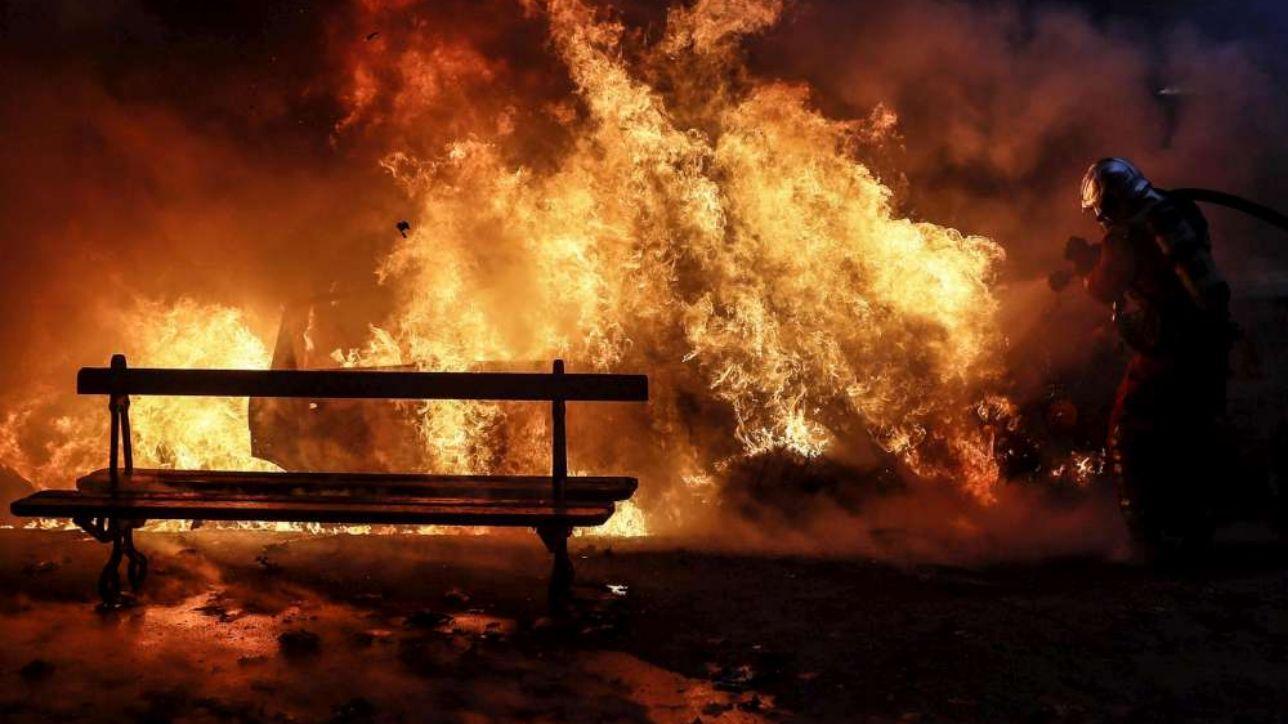 Auto bruciate, fiamme in un palazzo, galeries Lafayette evacuate: a Parigi una giornata di guerriglia
