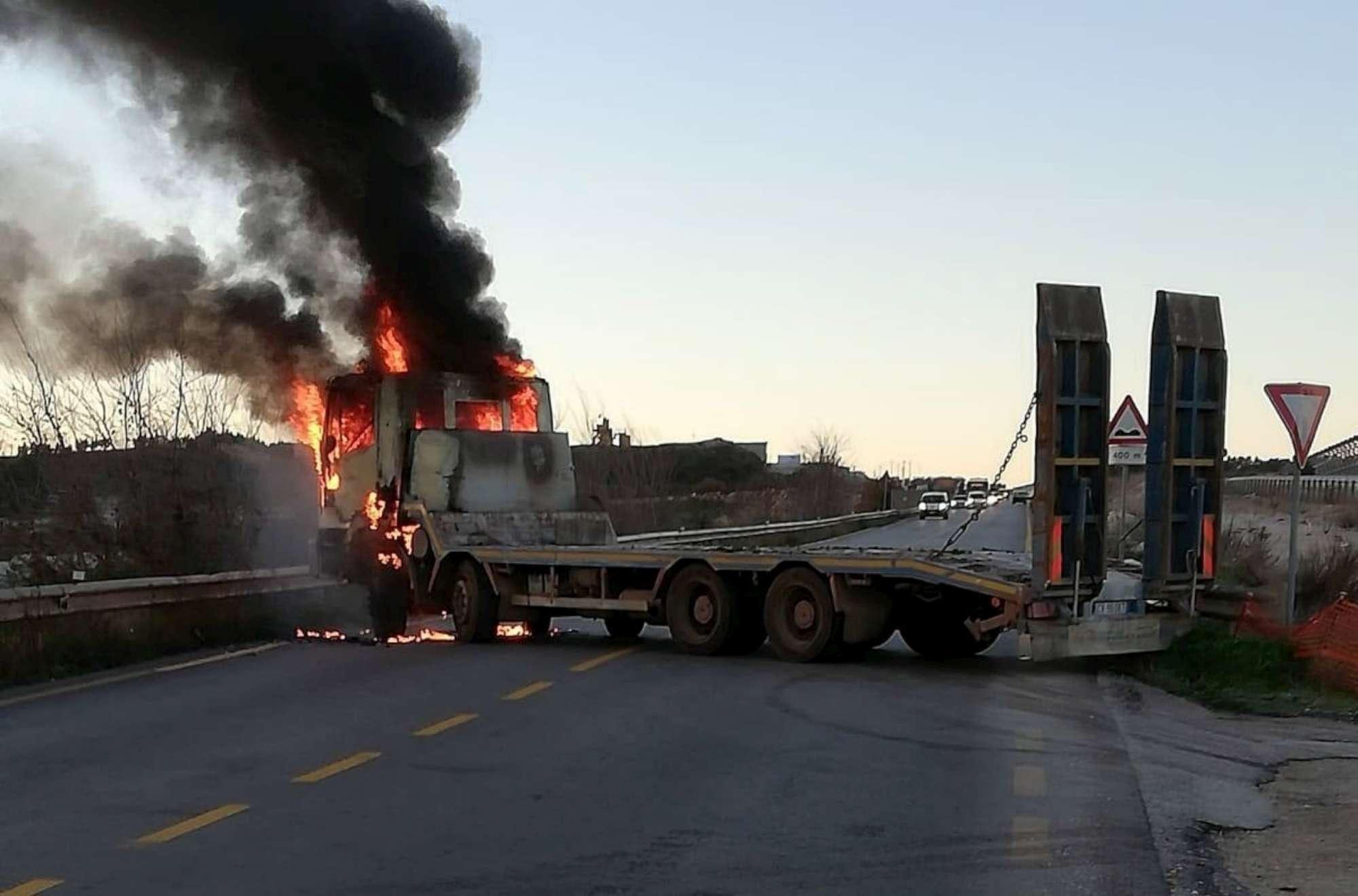 Bari, rapina a un portavalori con ruspe e mezzi in fiamme