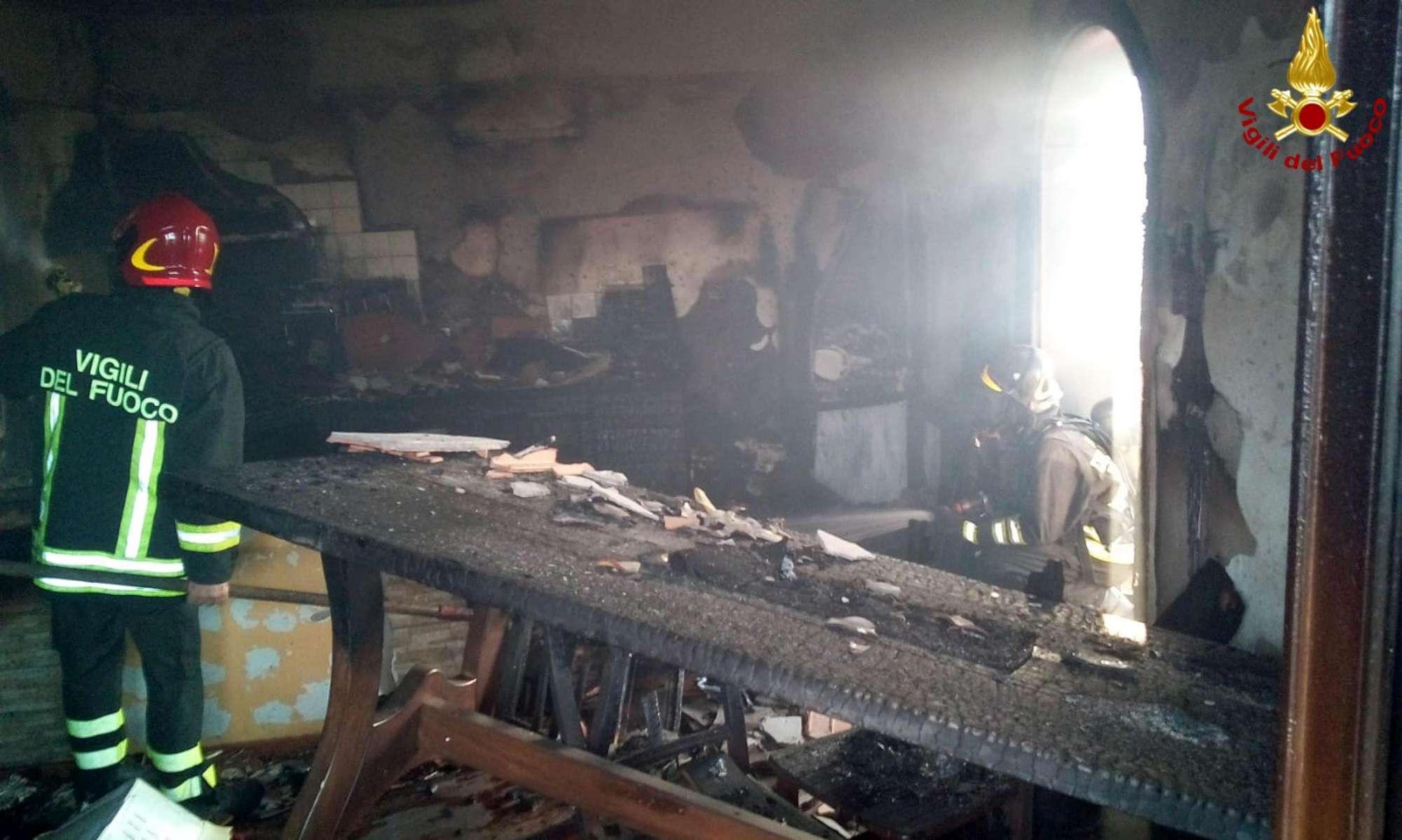 Massa Carrara, scoppia un incendio: uomo salva da solo tutta la famiglia