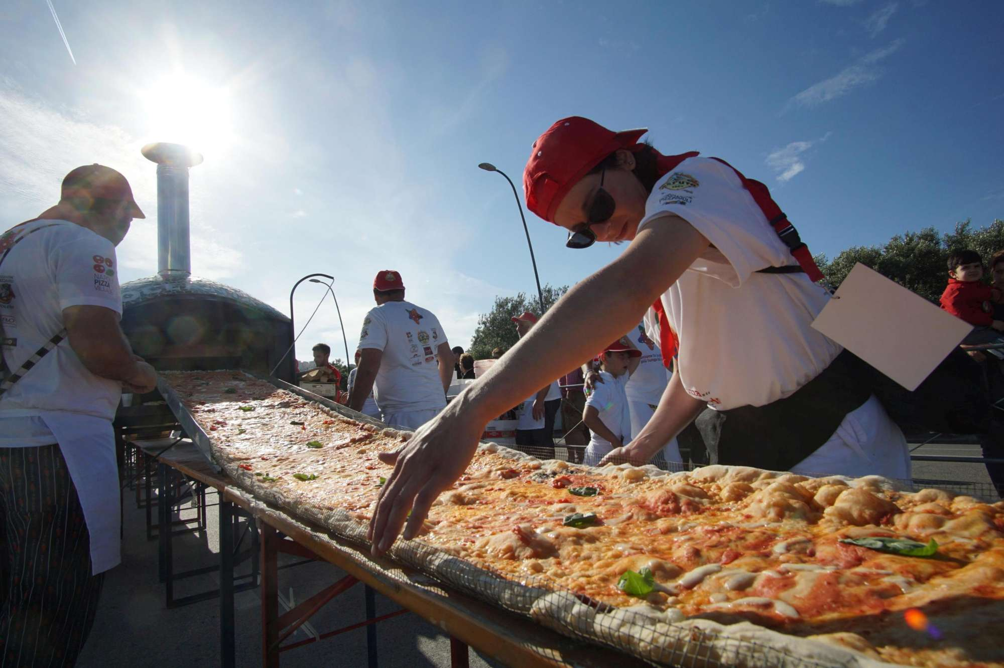 Sfornata a Napoli la pizza più lunga del mondo: misura 1,8 chilometri