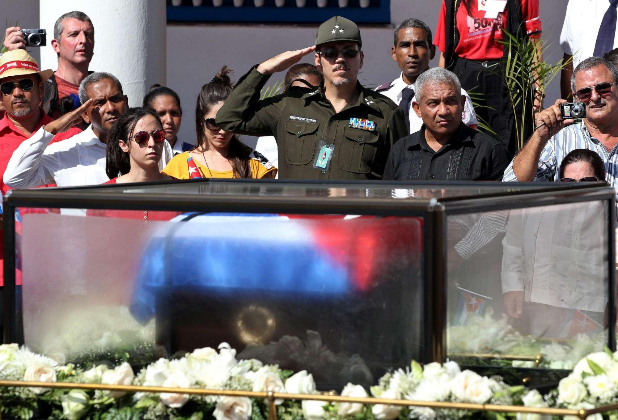 Santiago de Cuba, folla per l'arrivo delle ceneri di Fidel Castro