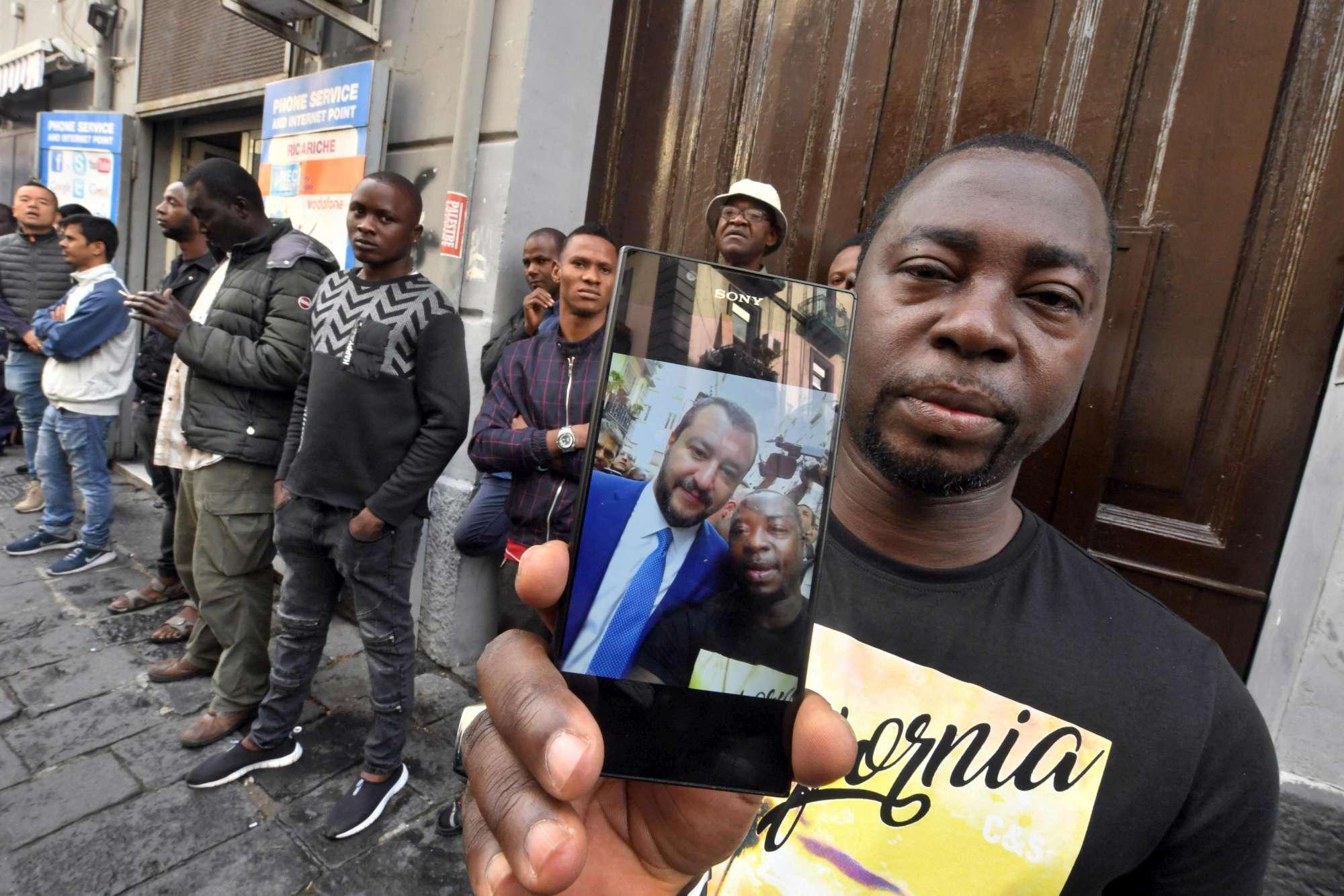 Salvini a Napoli, selfie con immigrati