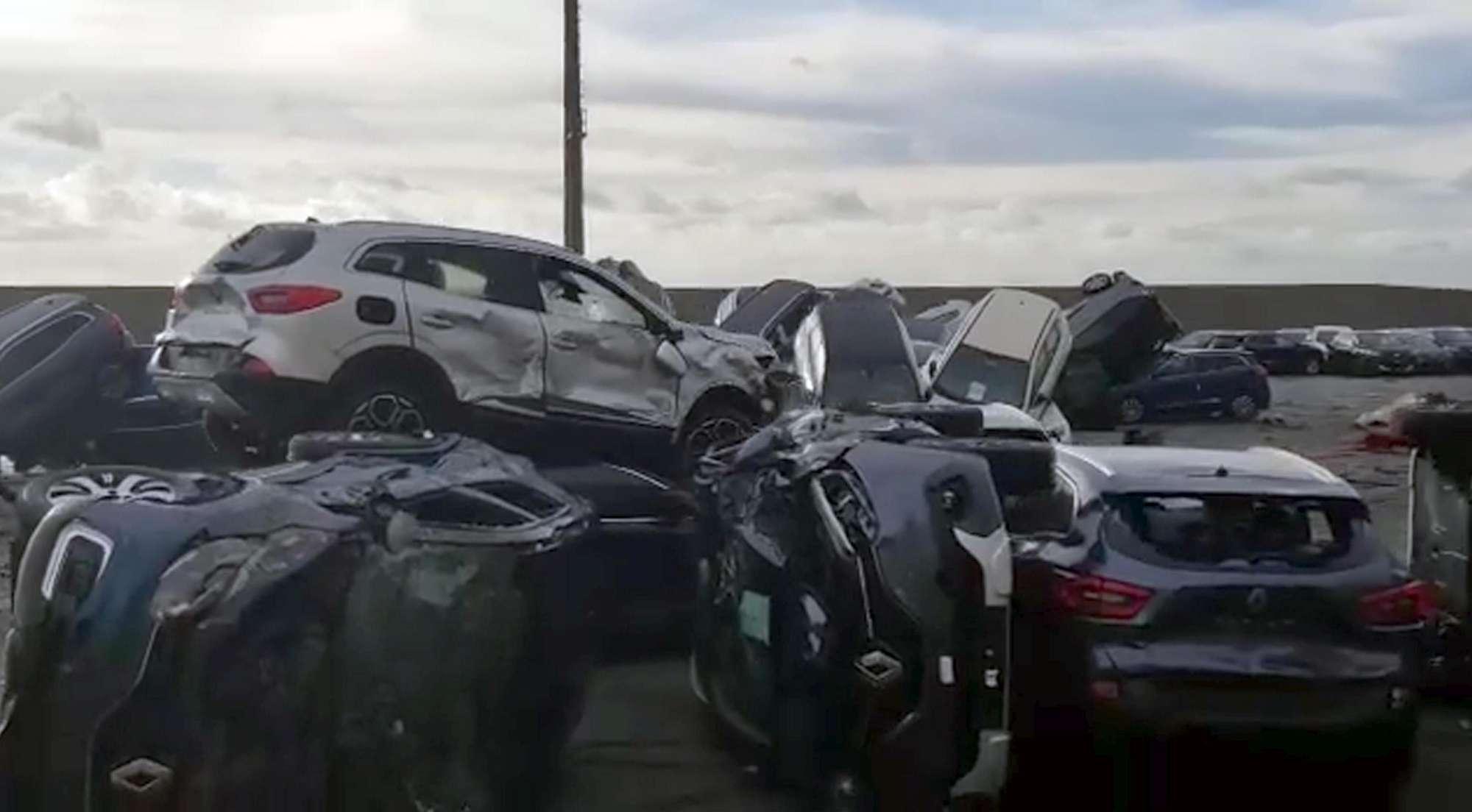 Savona, terminal in fiamme: mille auto distrutte, molte Maserati