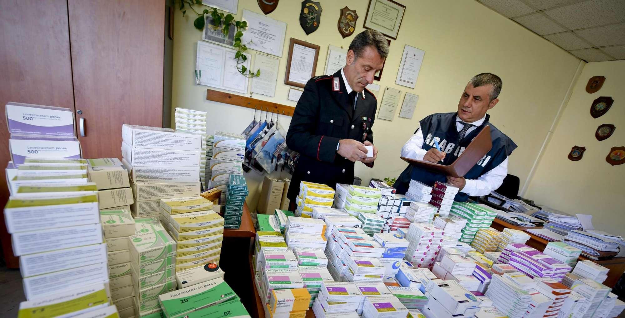 Napoli, scoperto mercato nero dei farmaci salva-vita