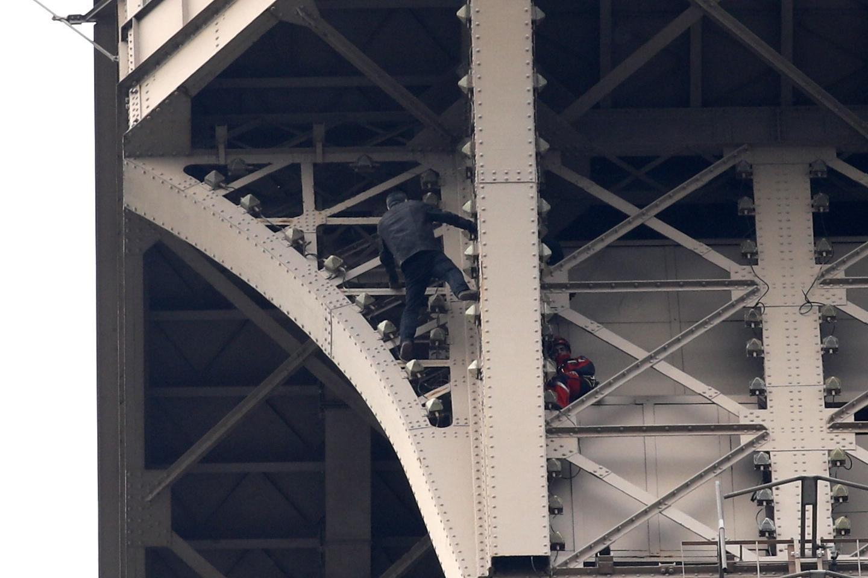 Parigi, scala la torre Eiffel: monumento evacuato