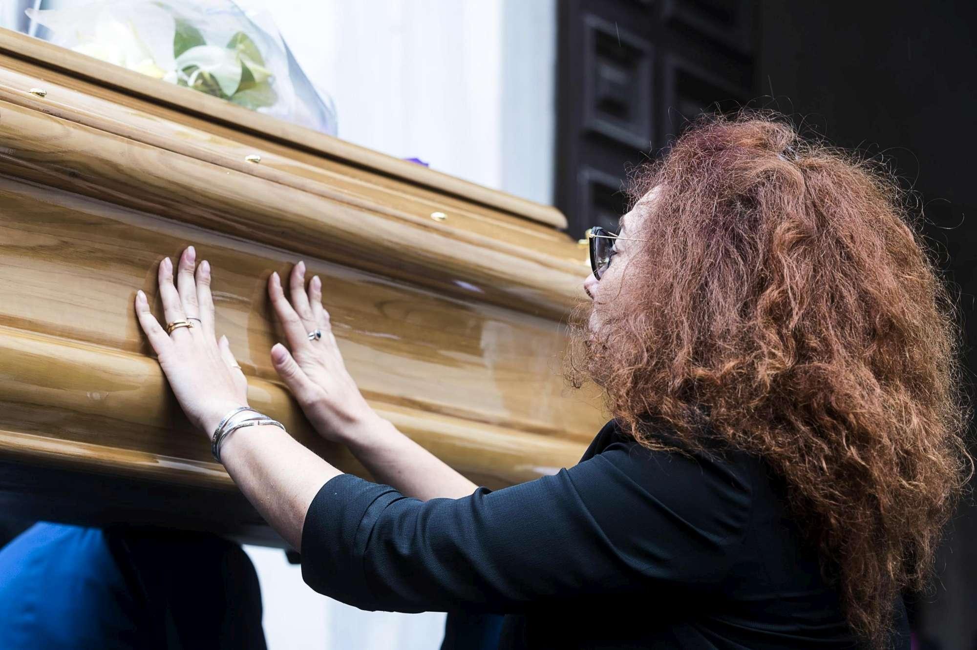 Roma, la camera ardente del vice brigadiere ucciso: la moglie accompagna il feretro