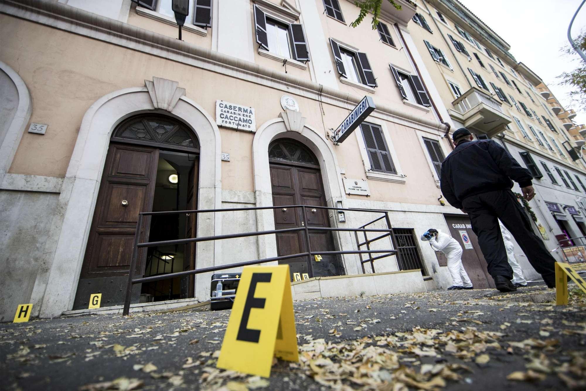 Roma, bomba esplode davanti a stazione CC: anarchici rivendicano