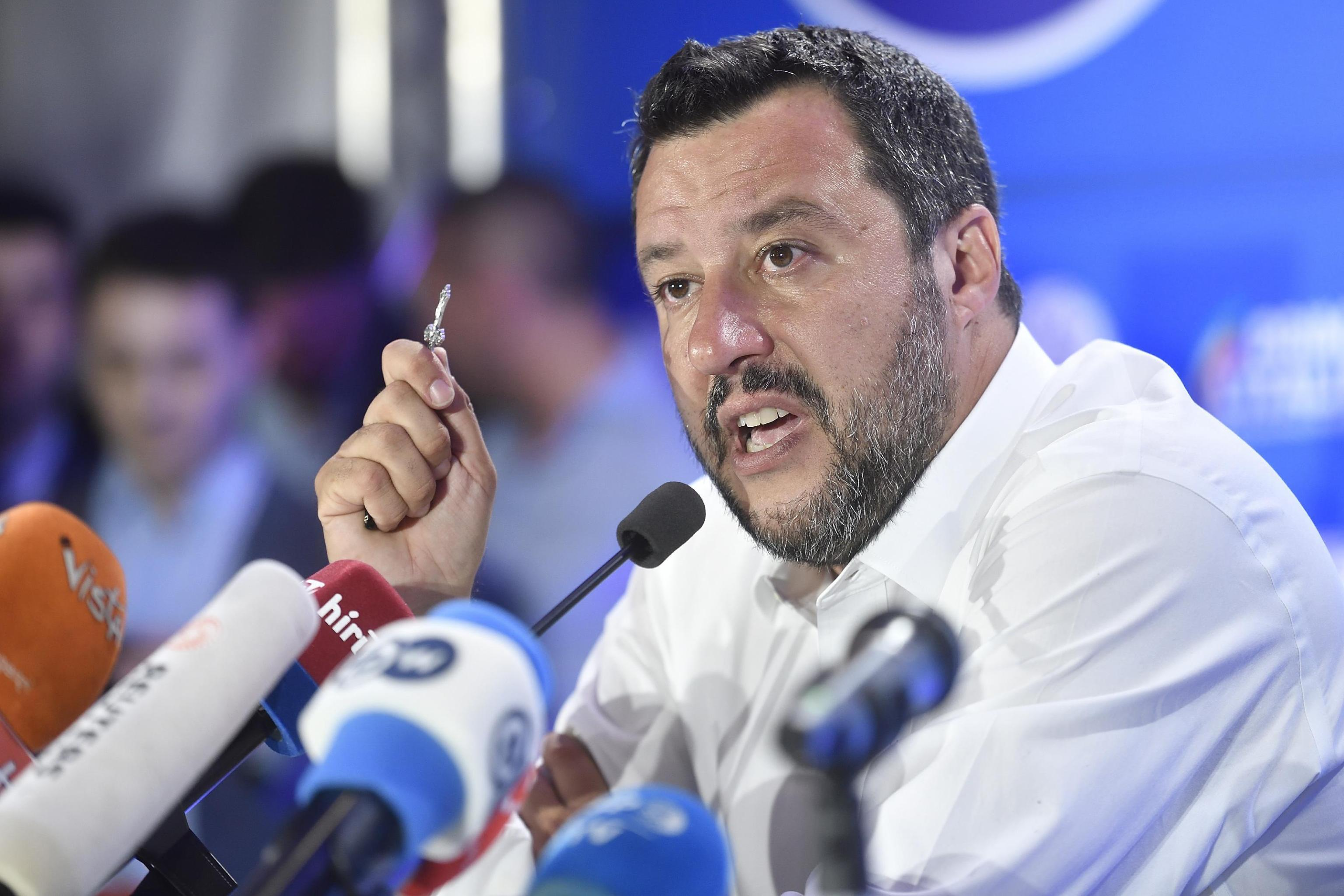 Europee, Salvini bacia il rosario