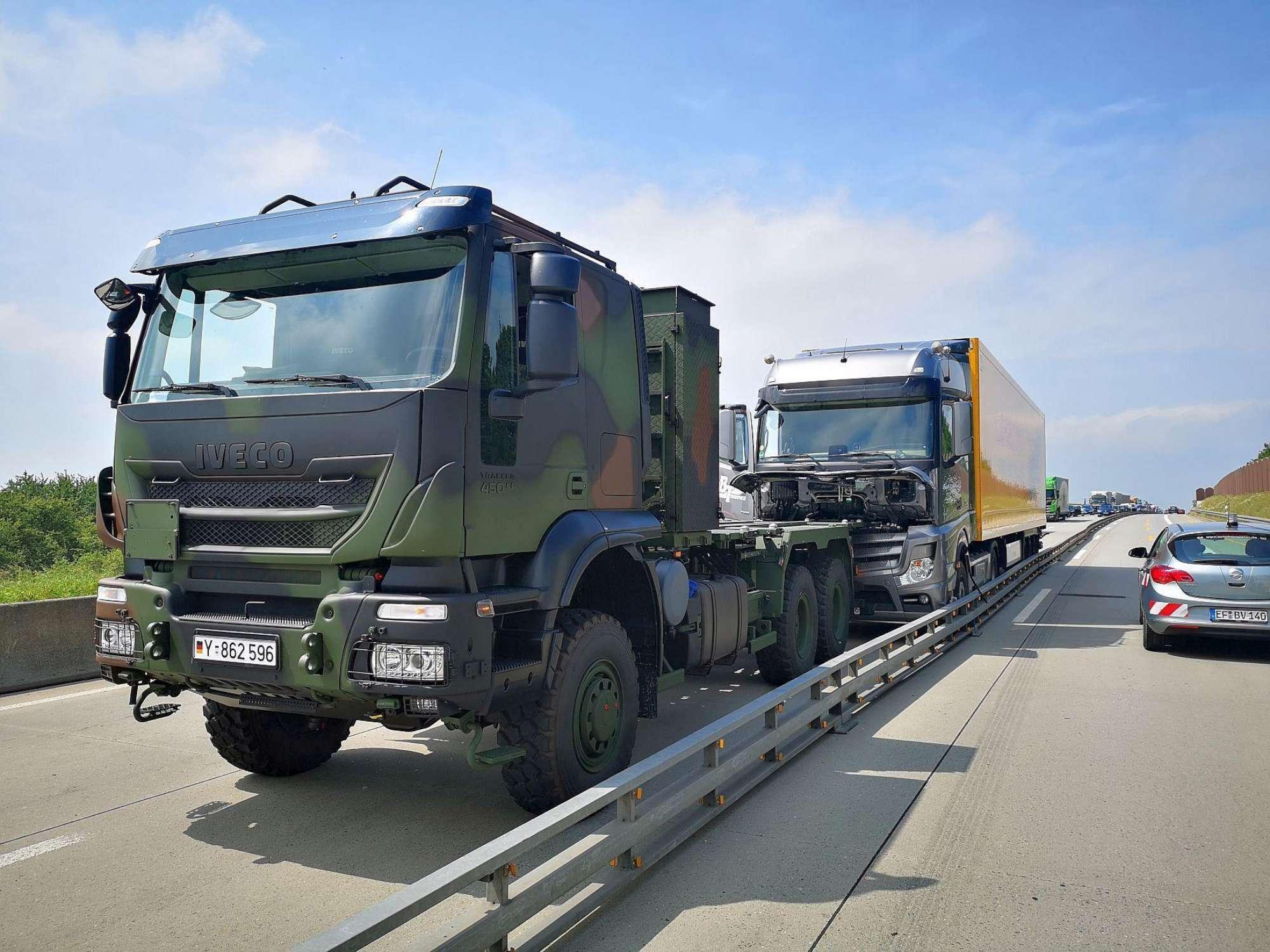 Alemania, soldados bloquean camiones en la carretera y evitan un posible desastre.