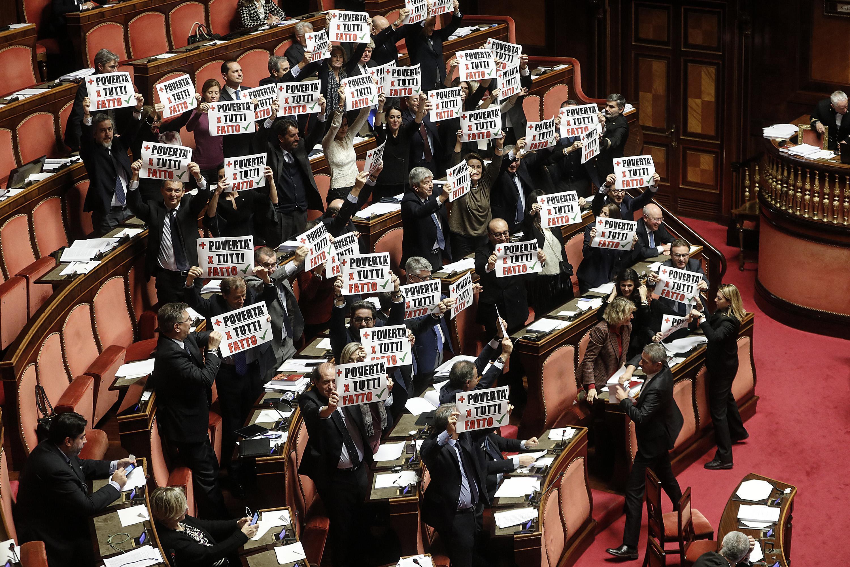 Manovra, bagarre e scontri in Aula al Senato