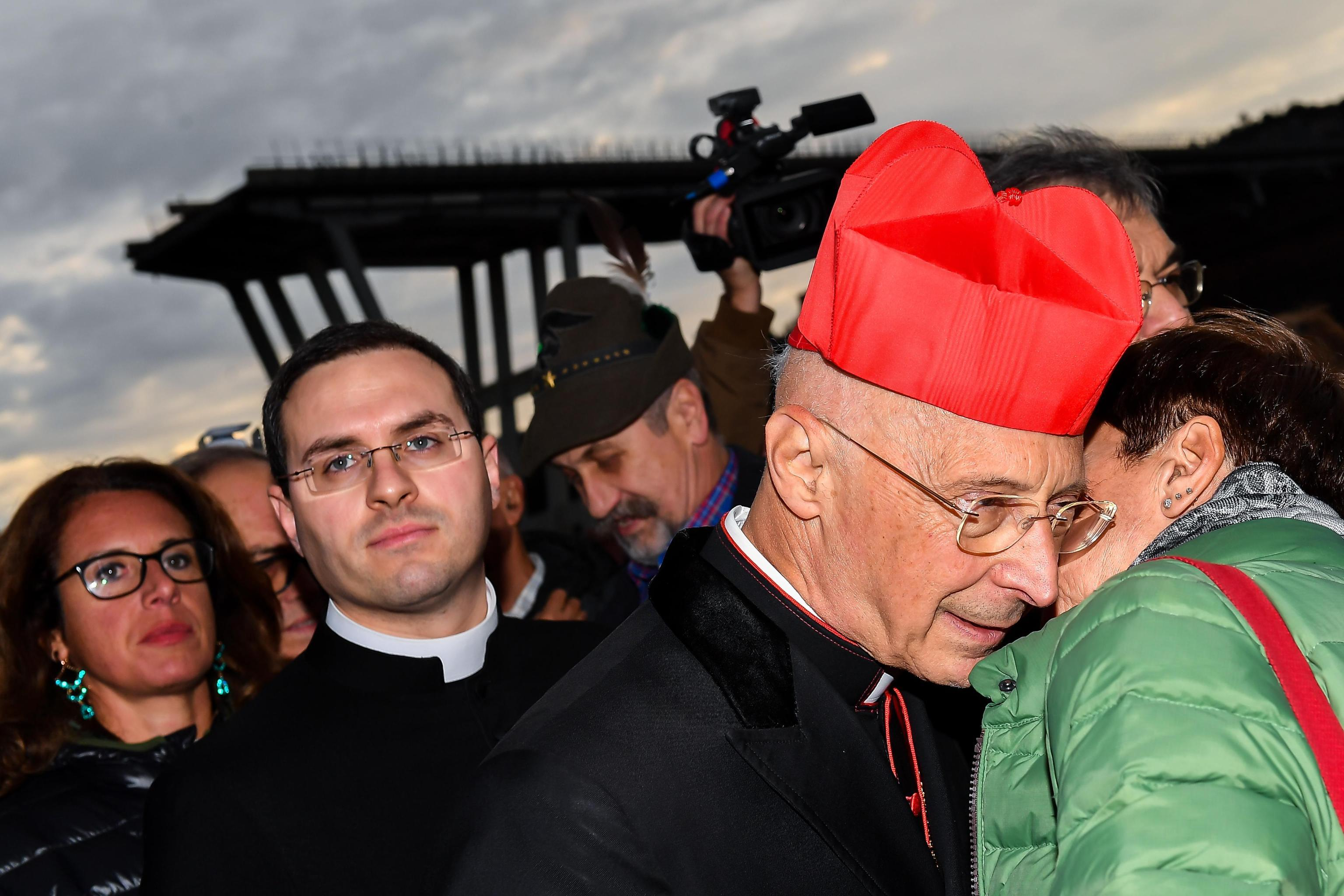 Genova, cardinale Bagnasco depone fiori ai piedi dei monconi del ponte Morandi