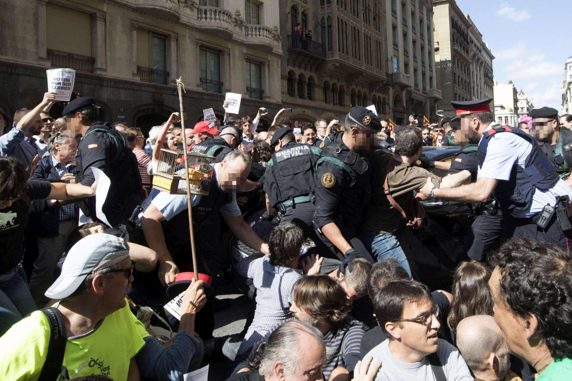 Catalogna, proteste a Barcellona contro il blitz della Guardia Civil