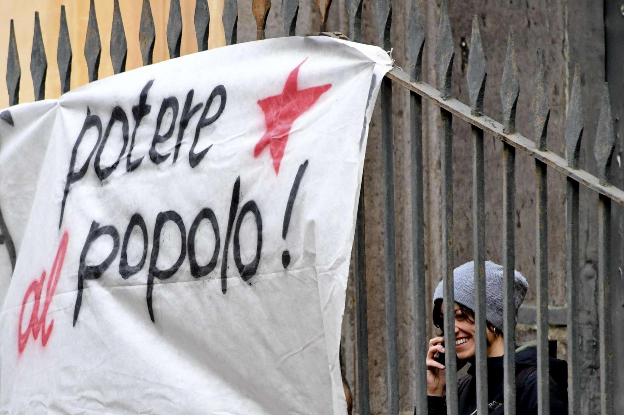 Napoli, una casa contro il freddo per i bisognosi: giovani occupano chiesa