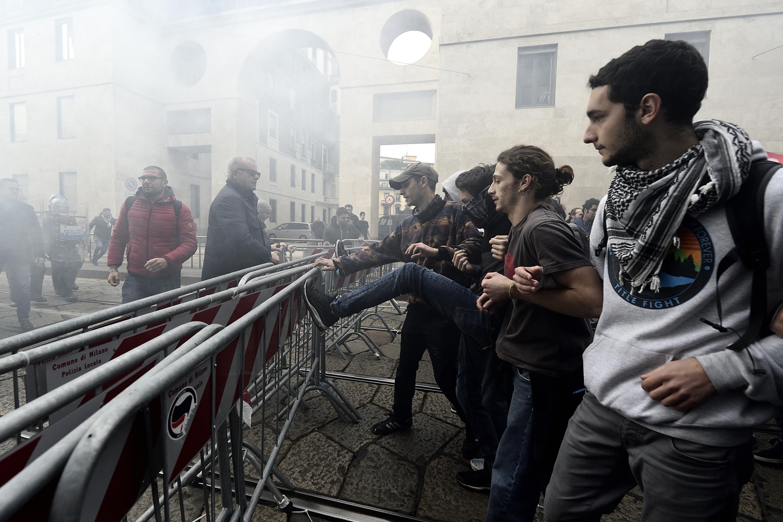 Studenti in piazza contro il governo, a Milano parte il  No Salvini Day : uova e petardi contro la polizia
