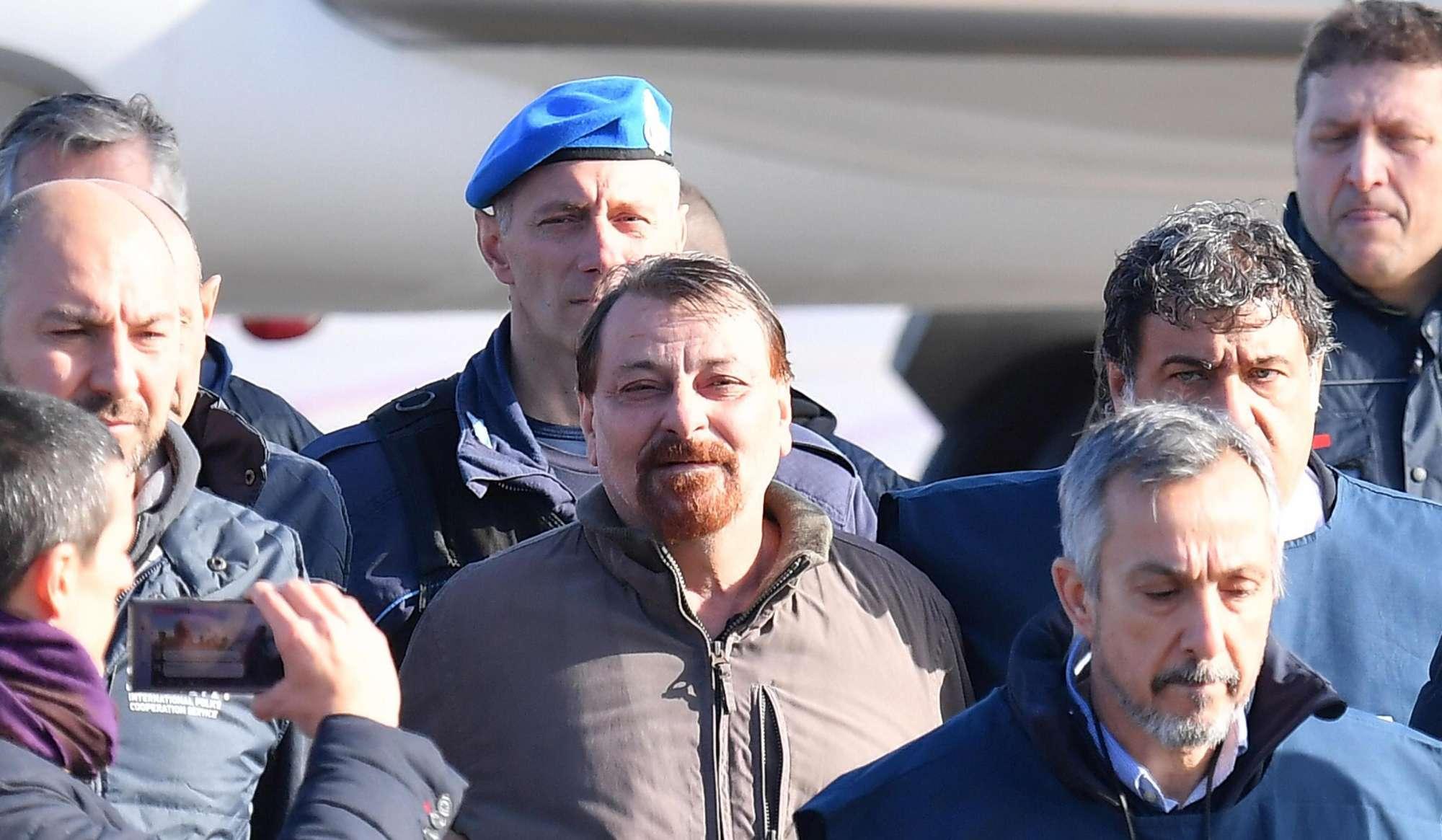 Cesare Battisti è in Italia, atterrato a Ciampino il volo dalla Bolivia